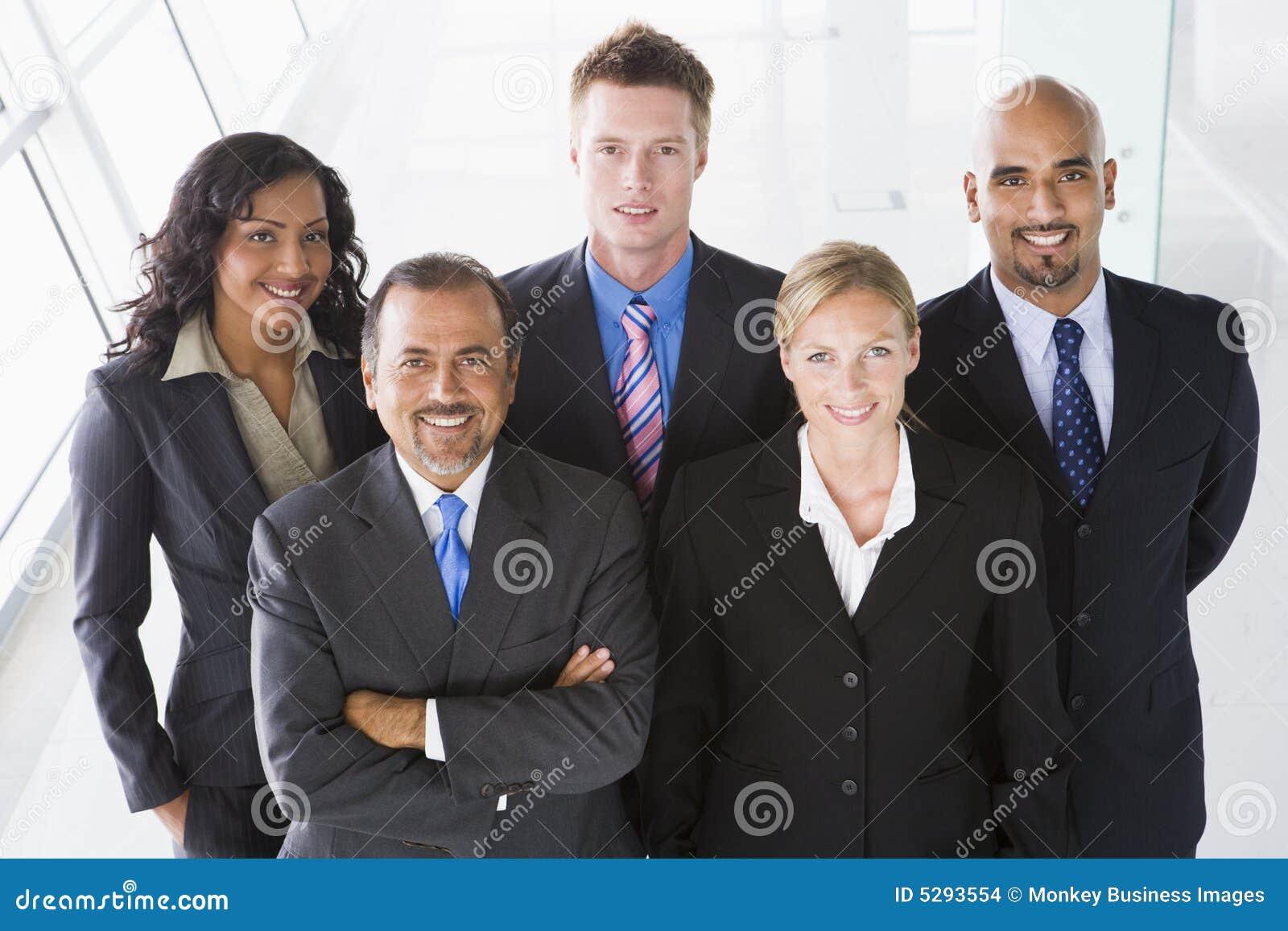 Obenliegende Ansicht des Büropersonals