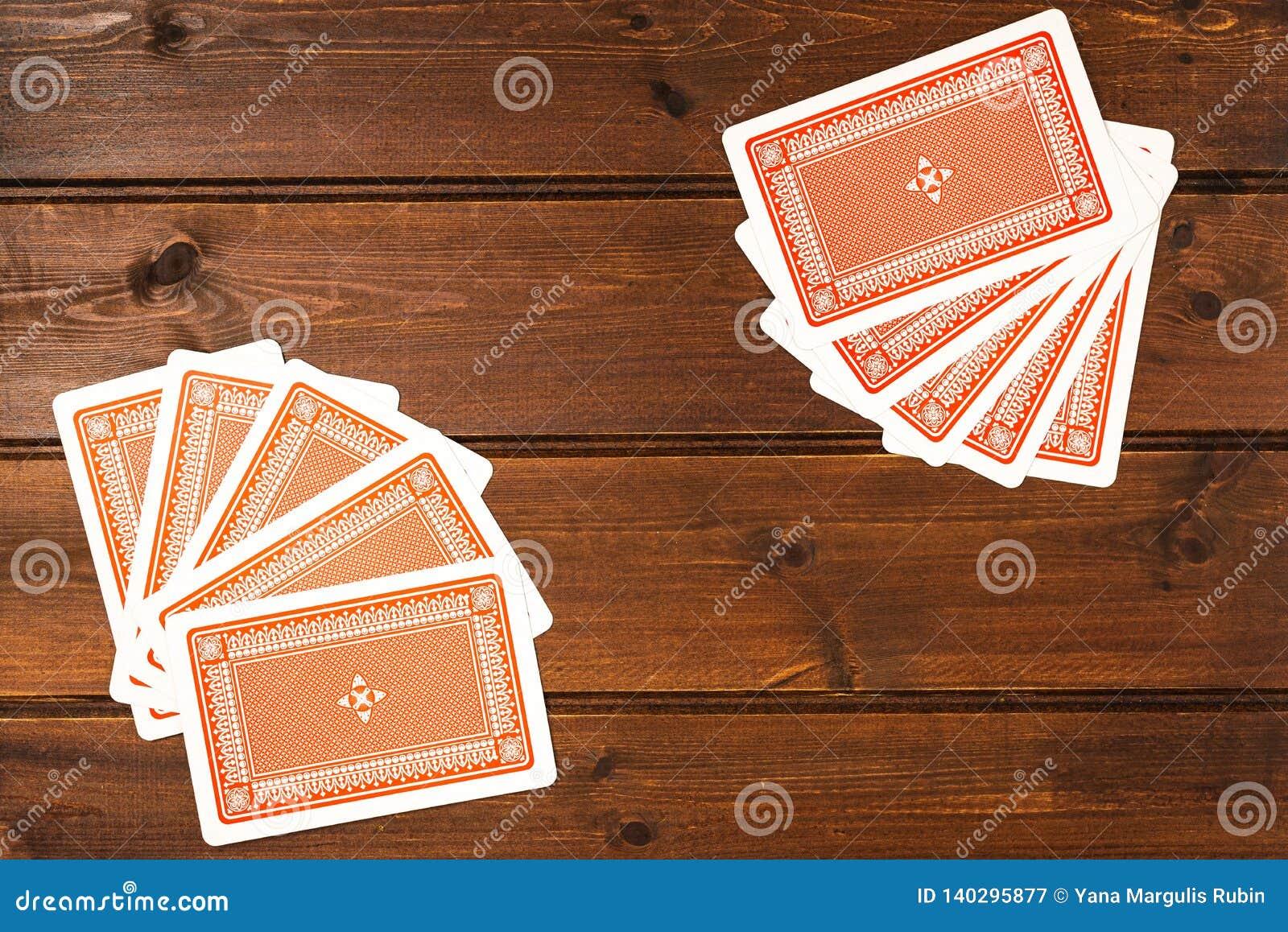 Obenliegende Draufsicht von Spielkarten