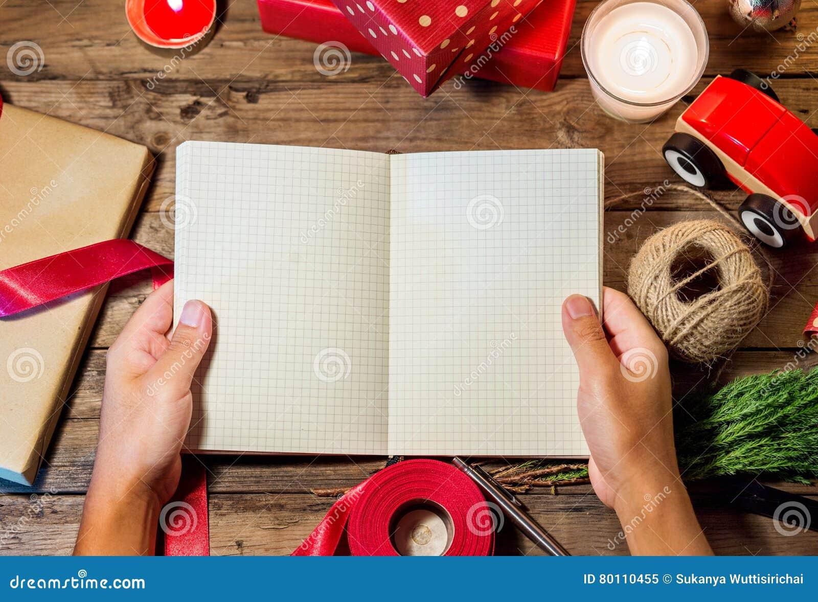 Obenliegender Schuss von Weihnachtsgeschenken copyspace des offenen Buches