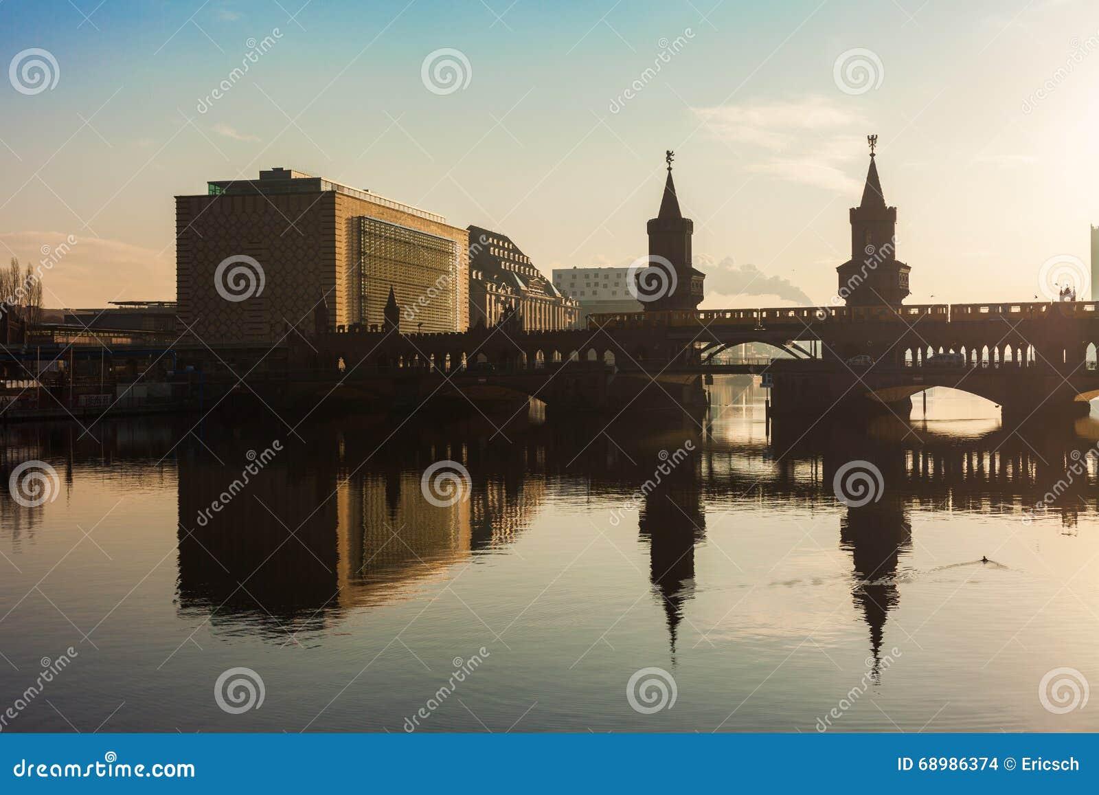 Oberbaum桥梁和普遍音乐大厦