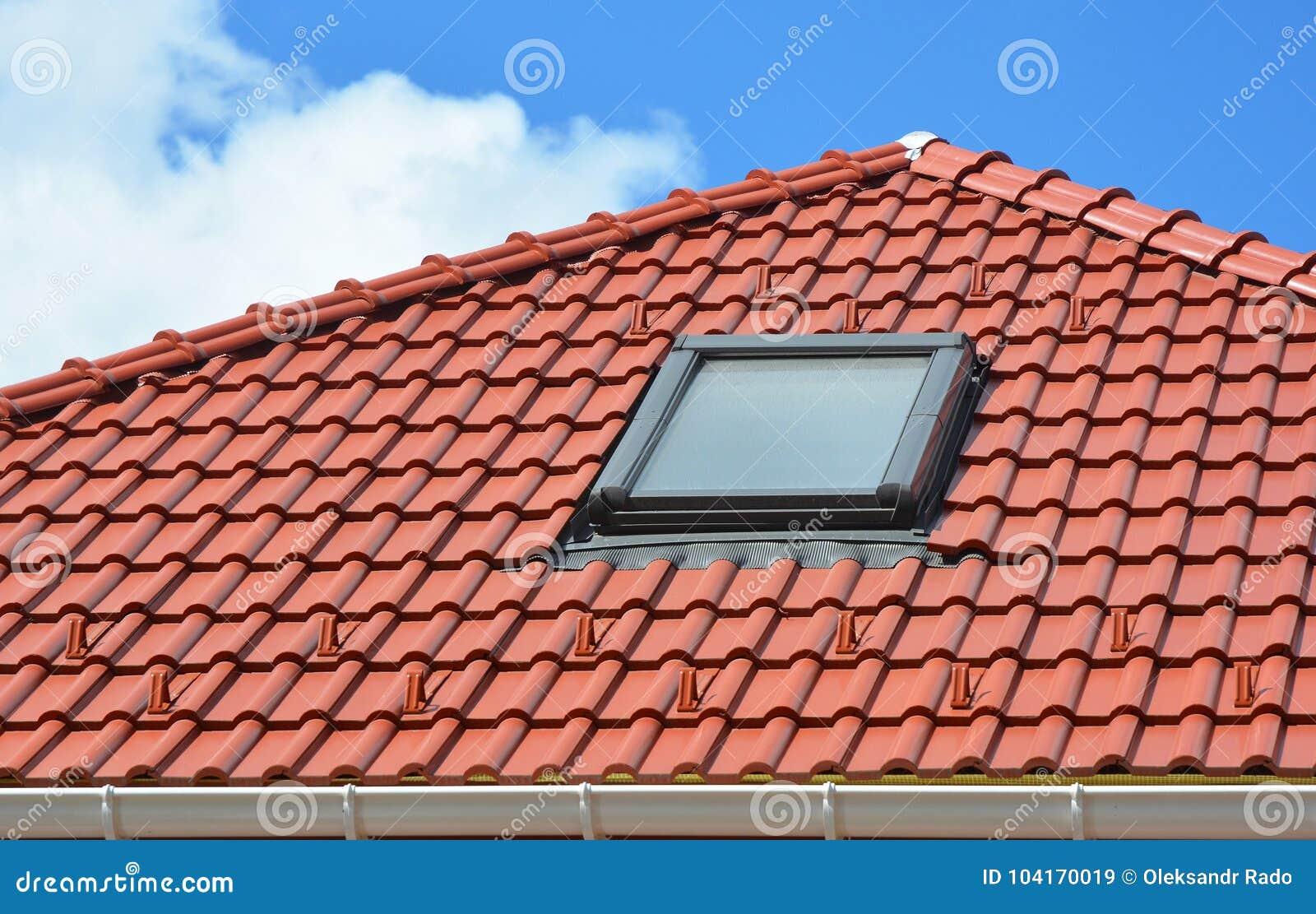 Oberlicht Auf Rotem Keramischem Dachplattehausdach Modernes Dach ...