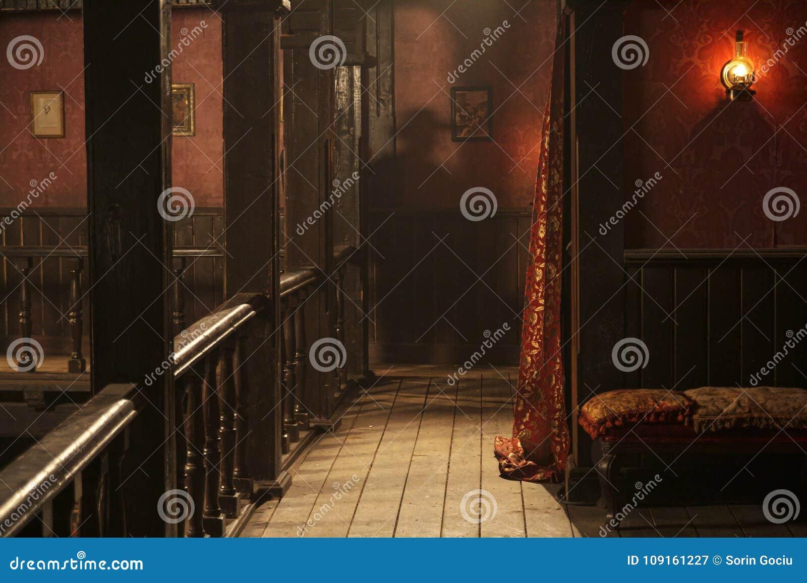 Oberstes Stockwerk des wilden sest Saals mit einem man& x27; s-Schatten