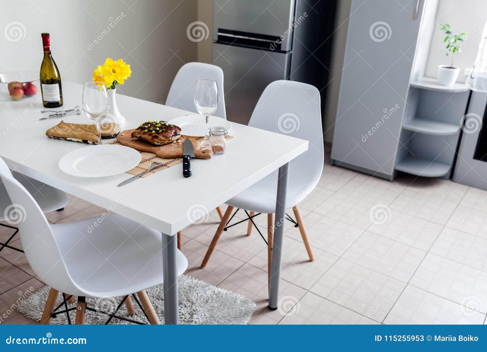 Obiadowy położenie słuzyć w kuchni dla dwa nowoczesna kuchnia projektu Piec mięso z winem w jadalni
