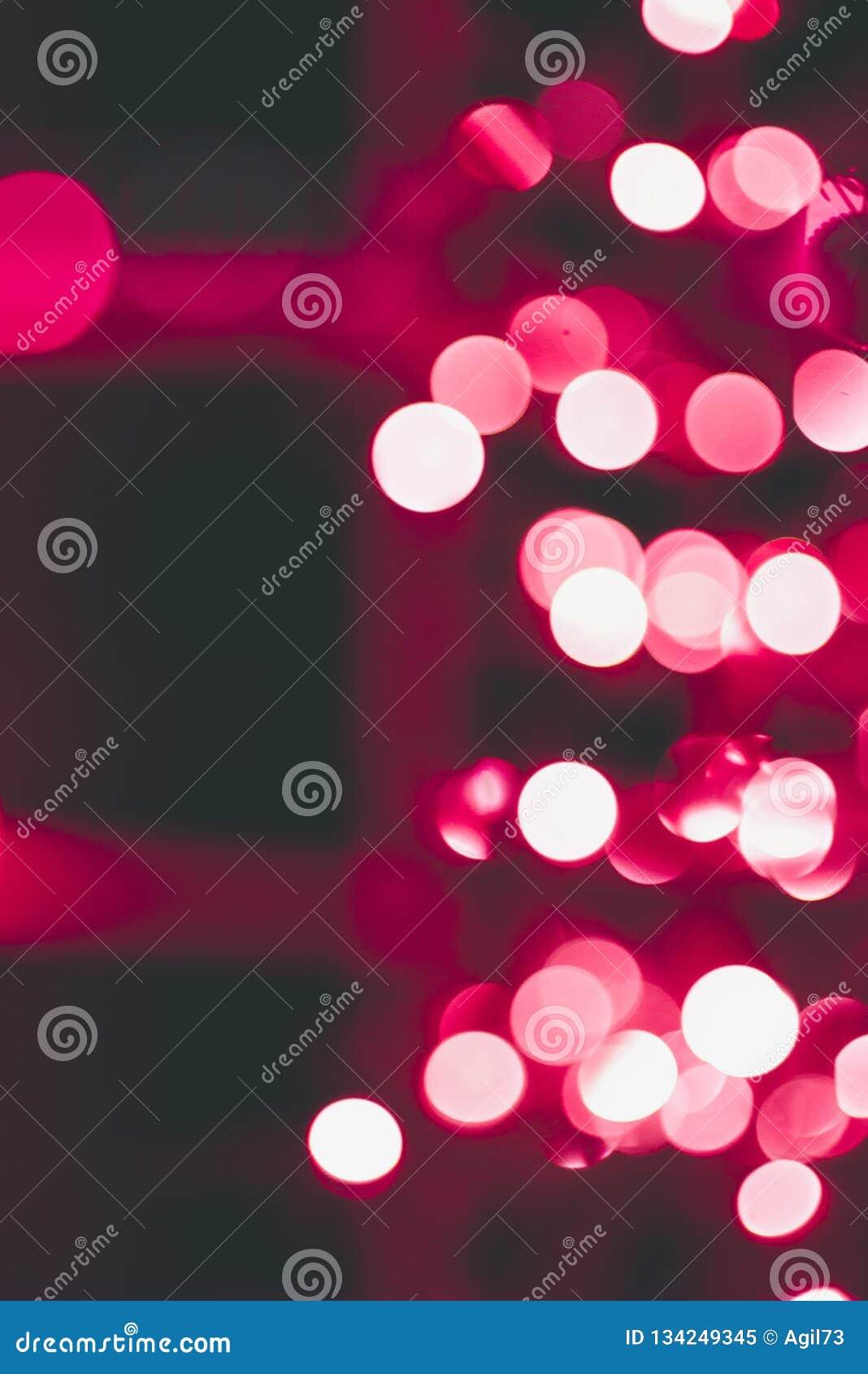 Obiektyw Bokeh bożonarodzeniowe światła na Czerwonym drzewie