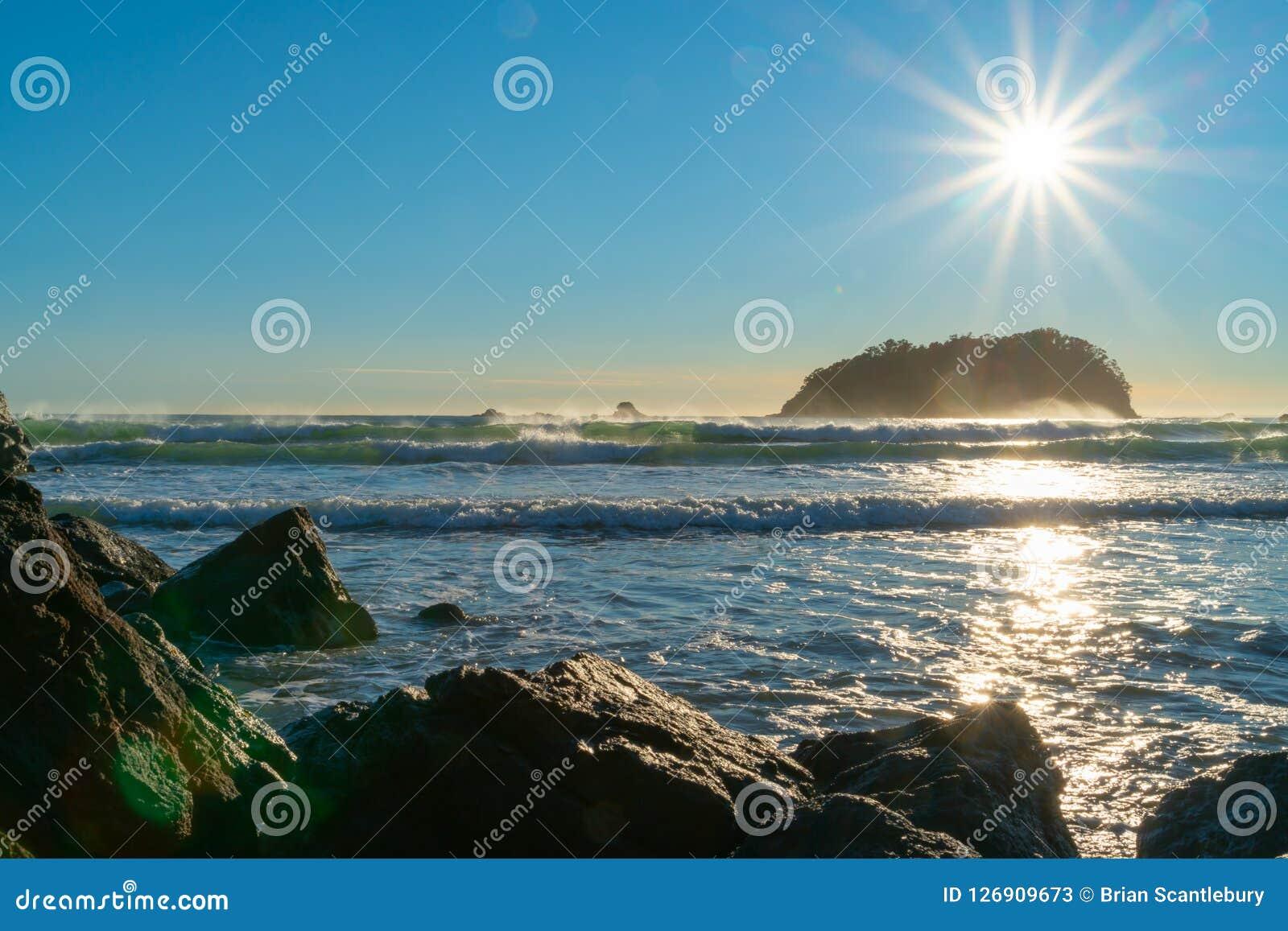 Obiektywu raca, stunning nad skalistą nabrzeżną krawędzią