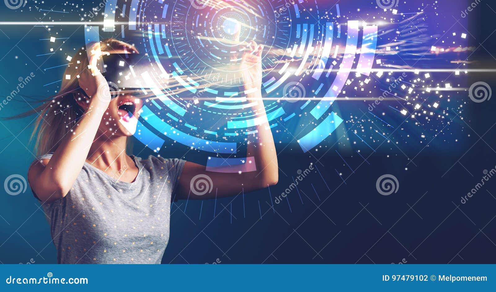 Obiettivo di Digital con la giovane donna con VR