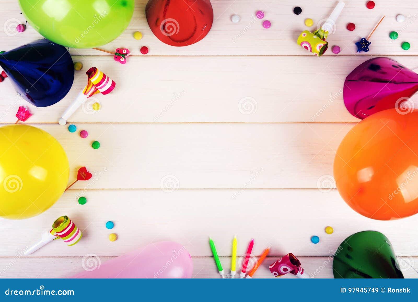 Objekt för födelsedagparti på vit träbakgrund