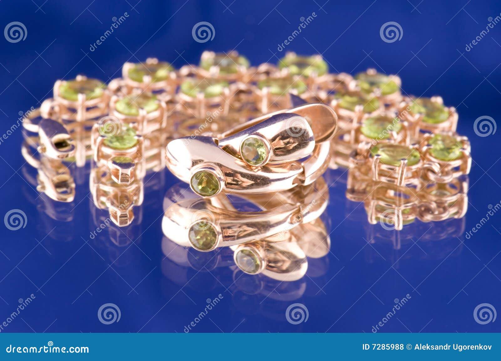 Objeto de valor del oro en macro azul