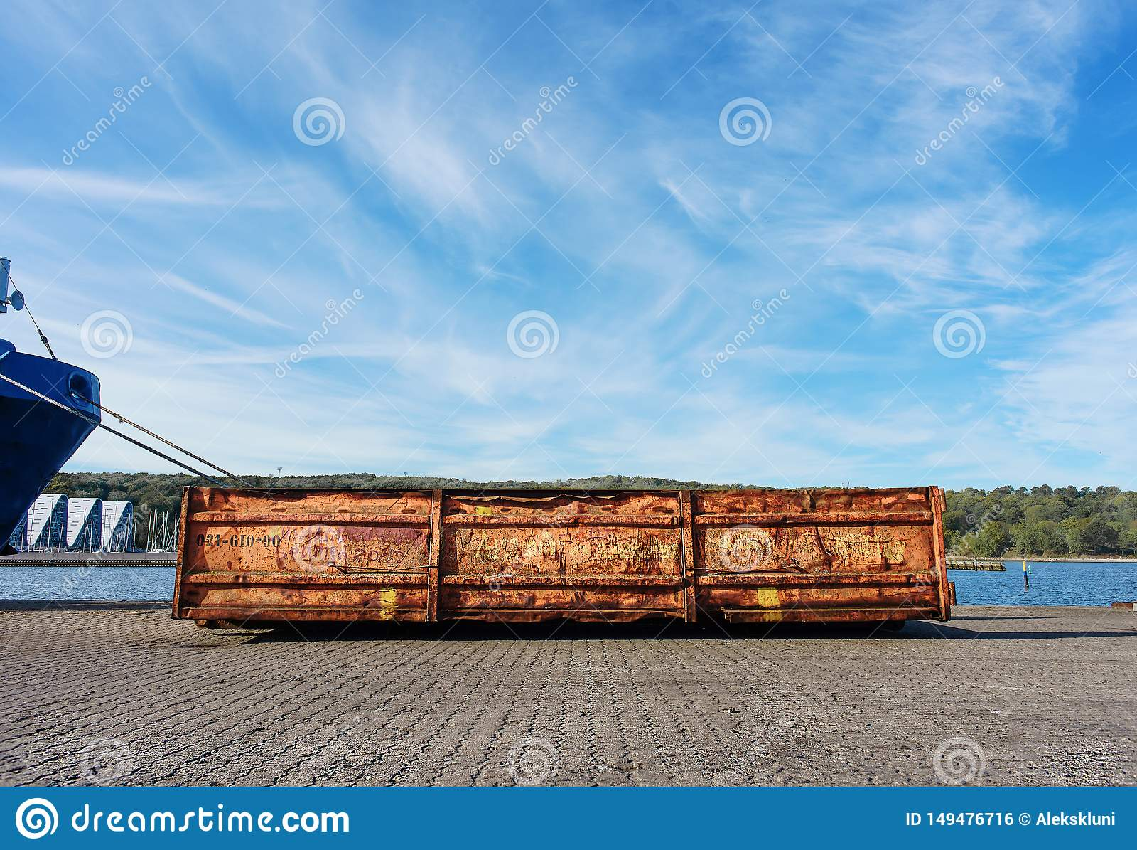 Objeto del equipo cargado portuario Copie el espacio Envase para la basura