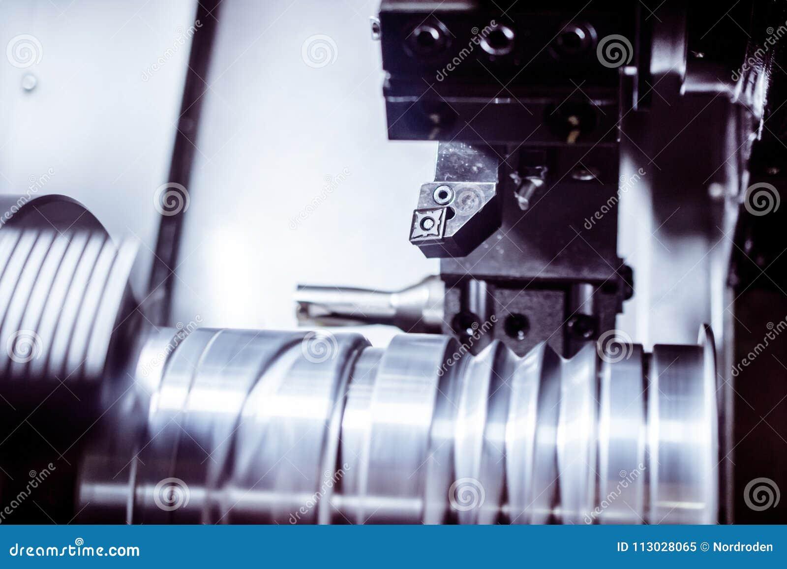 Objeto del metal afianzado con abrazadera en la máquina del CNC de la tirada del torno