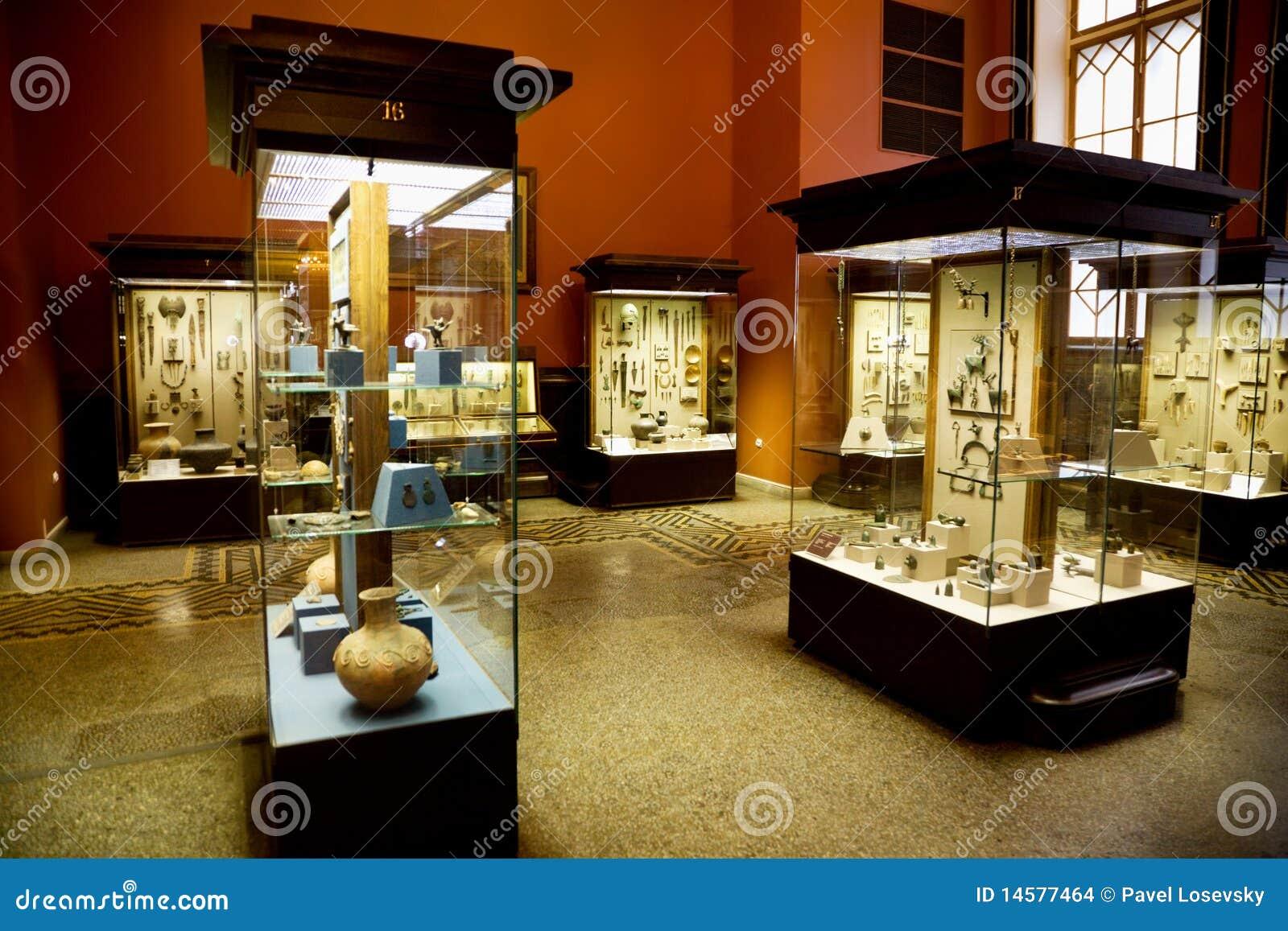 Objetos expuestos del museo de reliquias antiguas en los casos de cristal