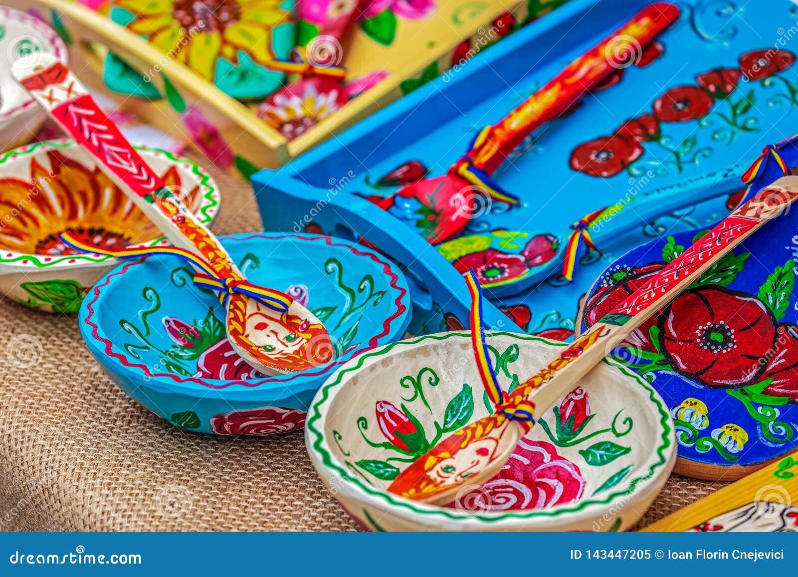 Objetos nacionales tallados y pintados con los modelos rumanos tradicionales