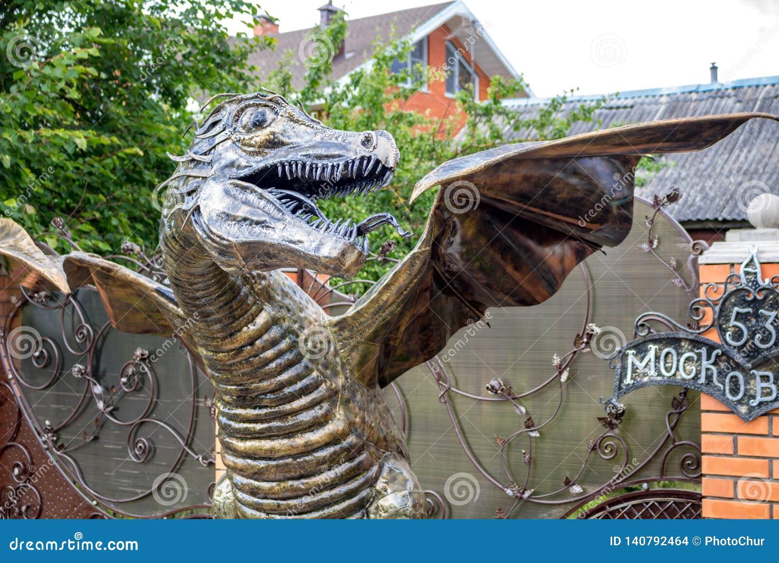 Obninsk, Russie - juillet 2017 : Dragon Sculpture forgé
