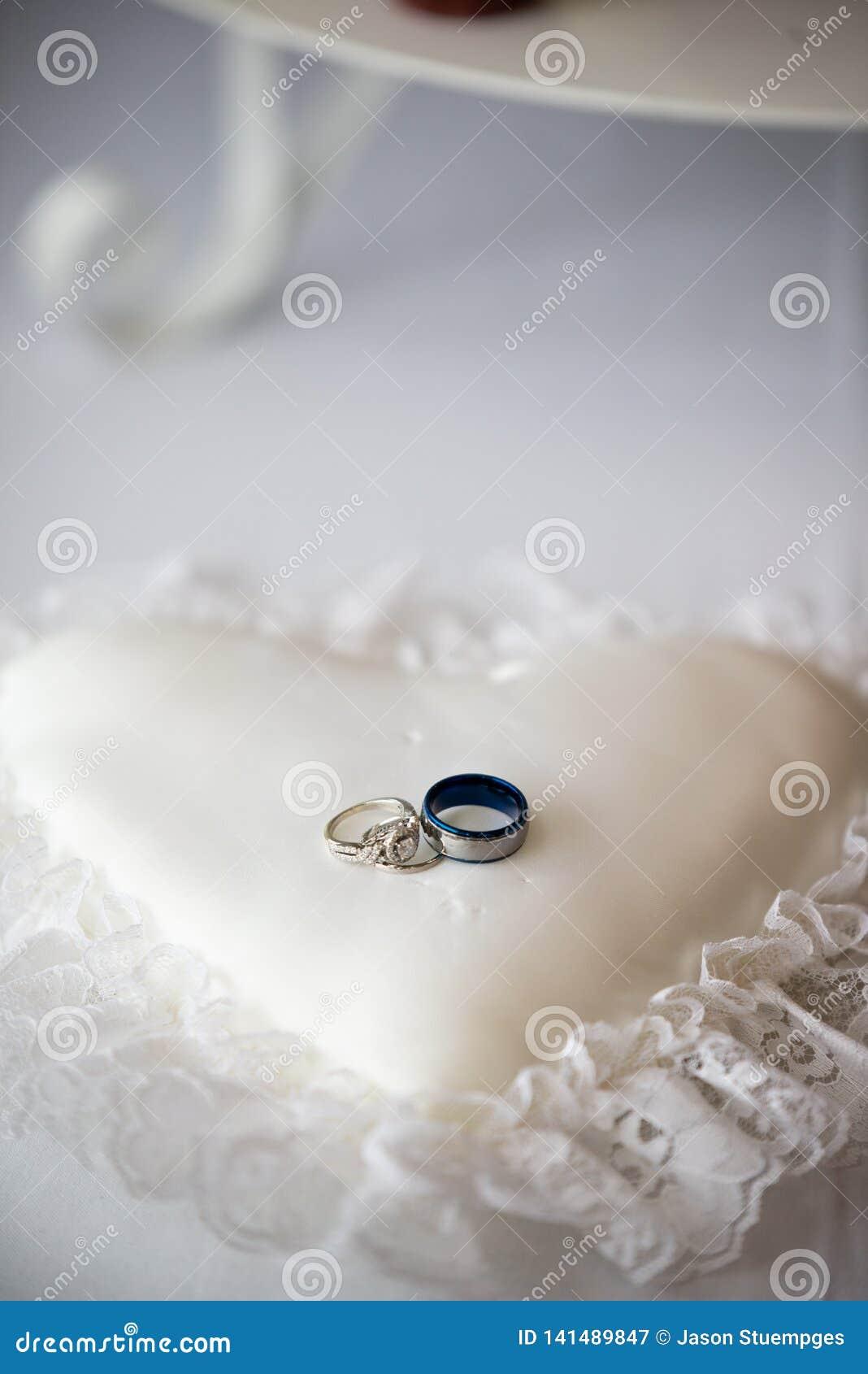 Obrączki ślubne na kierowej kształtnej poduszce