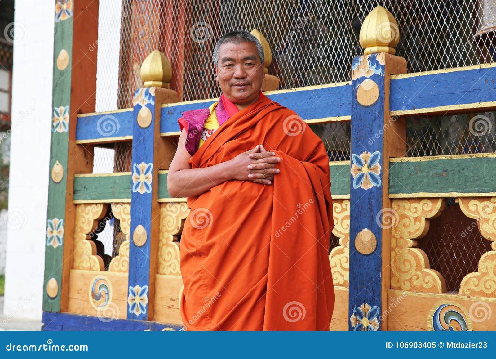 Obrabowywać michaelita pozy dla Kolorowej sceny w Bhutan