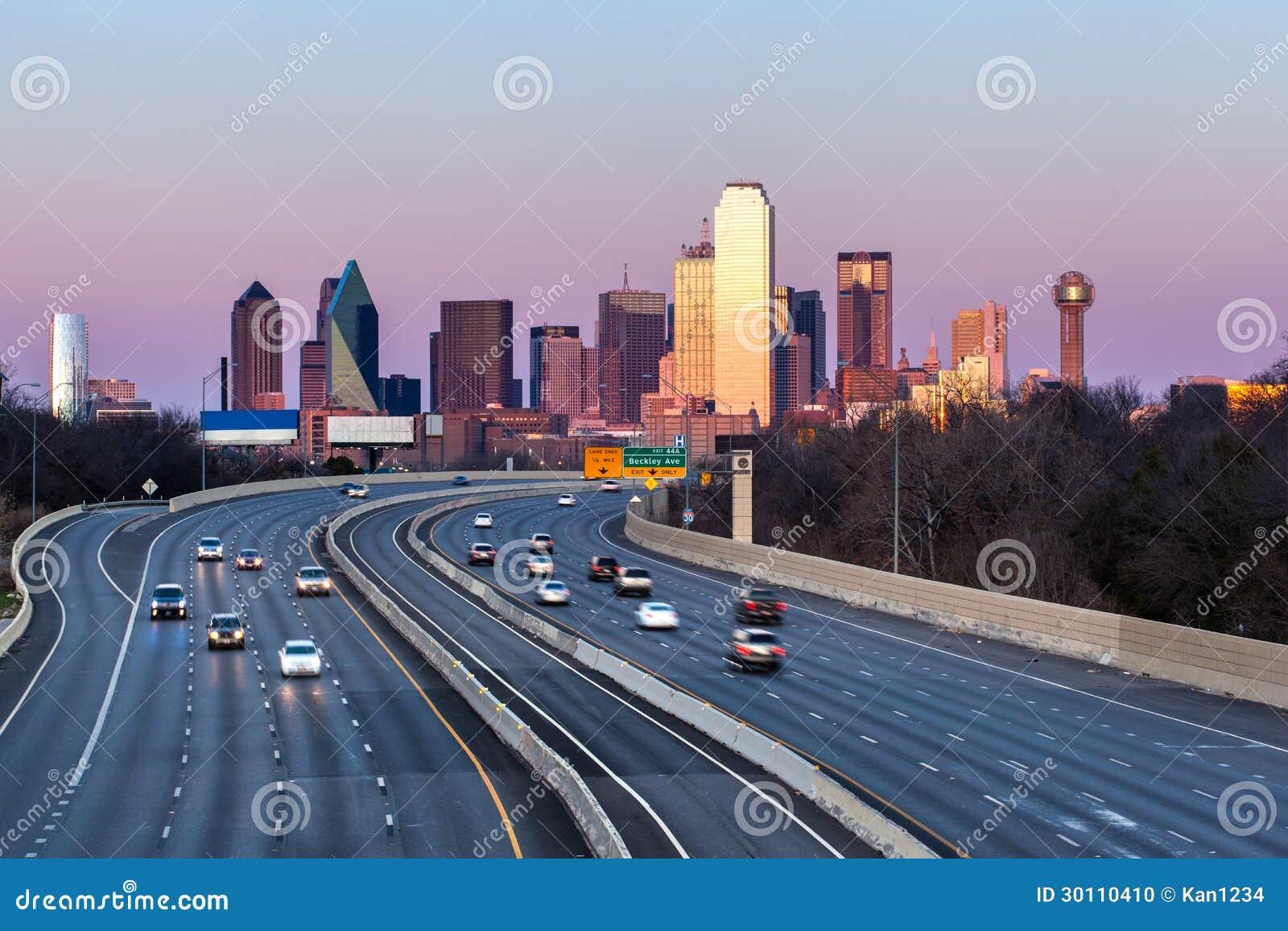 Dallas w centrum linia horyzontu w wieczór