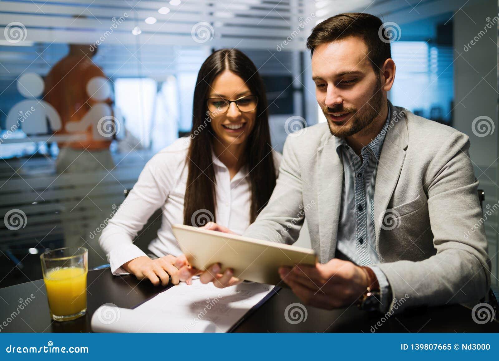 Obrazek ludzie biznesu dyskutuje w biurze