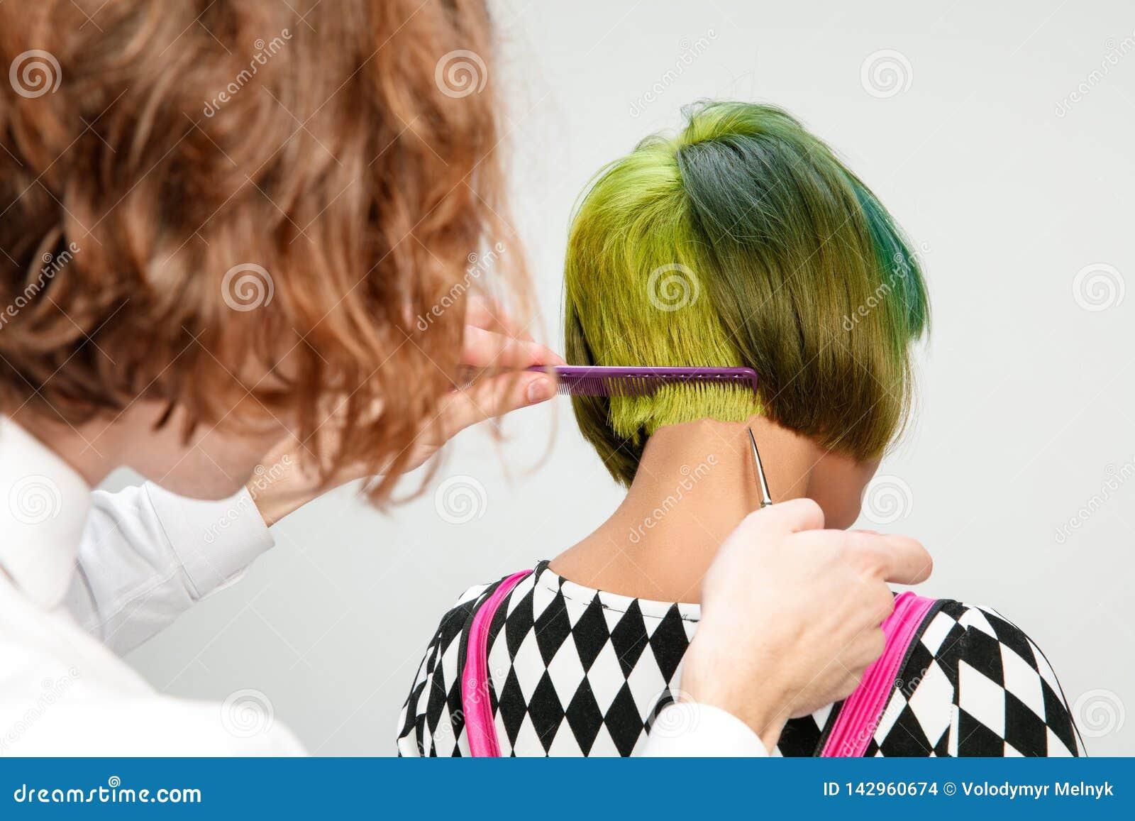 Obrazuje pokazywać dorosłej kobiety przy włosianym salonem