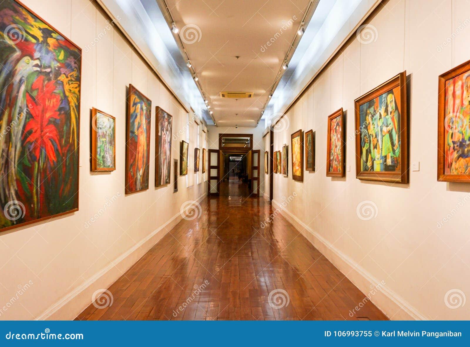 Obrazy wiesza w Muzealnym korytarzu