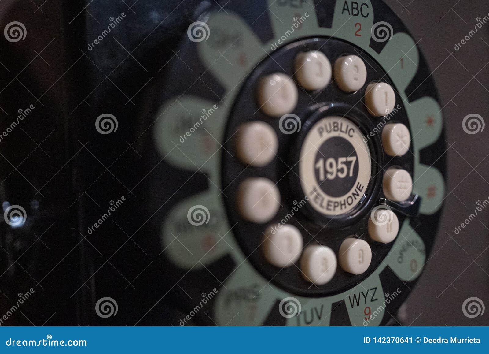 Obrotowy stary telefon w telefonu budka