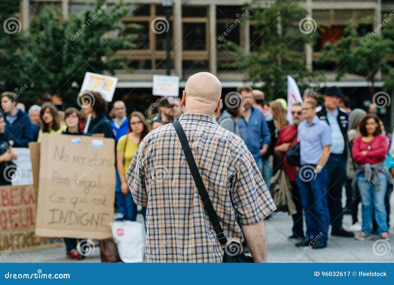 Obsługuje adresowanie tłoczyć się przy protestem przeciw Macron