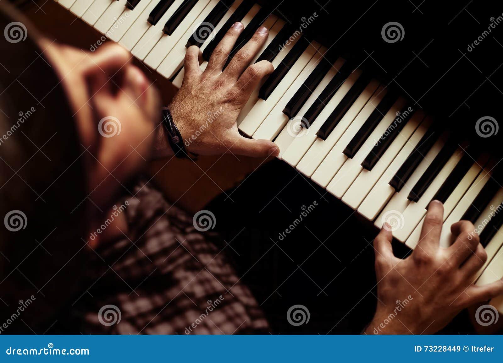 Obsługuje bawić się na pianinie na dramatycznej ciemnej scenie