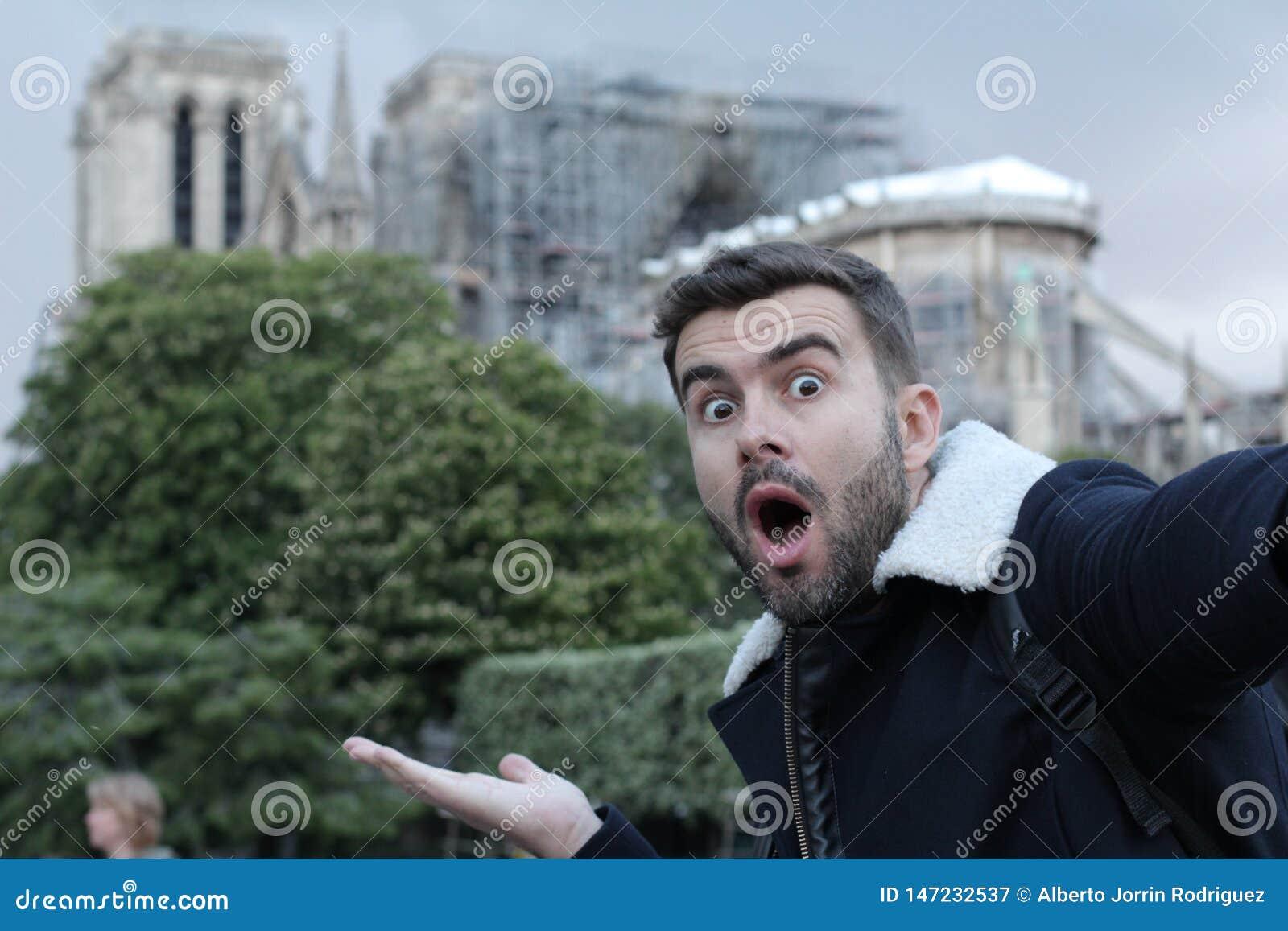 Obsługuje brać selfie w palącym Notre Damae, Paryż