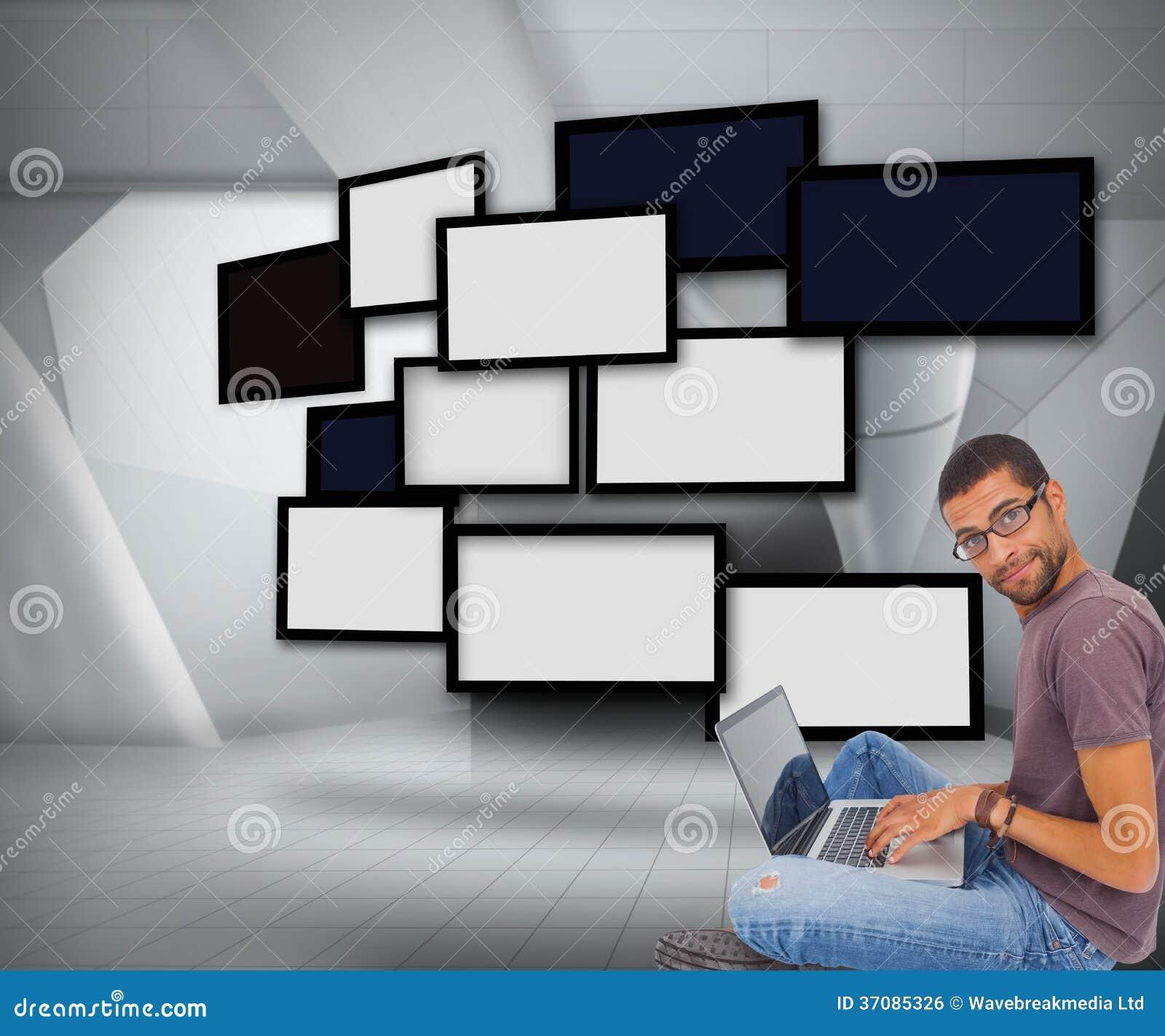 Download Obsługuje Być Ubranym Szkła Siedzi Na Podłogowym Używa Laptopie I Patrzeje Kamerę Ilustracji - Ilustracja złożonej z komputer, blank: 37085326
