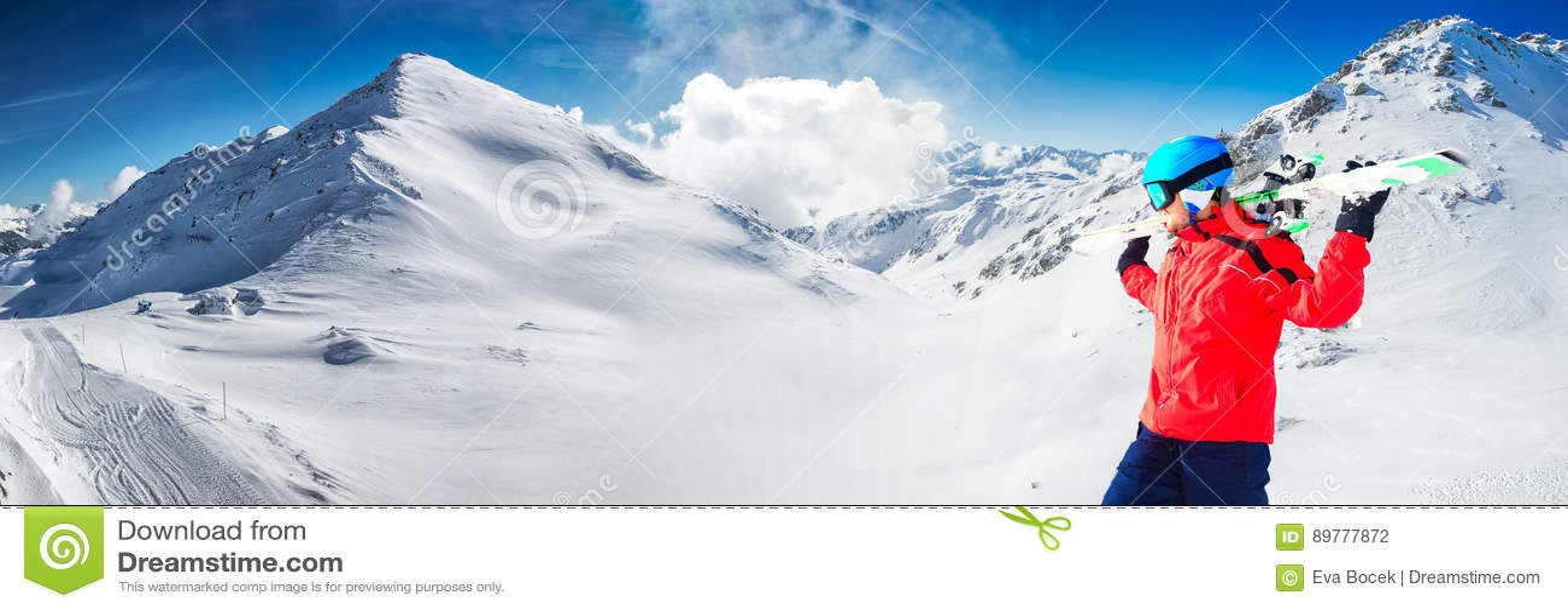 Obsługuje cieszyć się oszałamiająco widok przed narciarstwem w sławnym narciarskim resorze