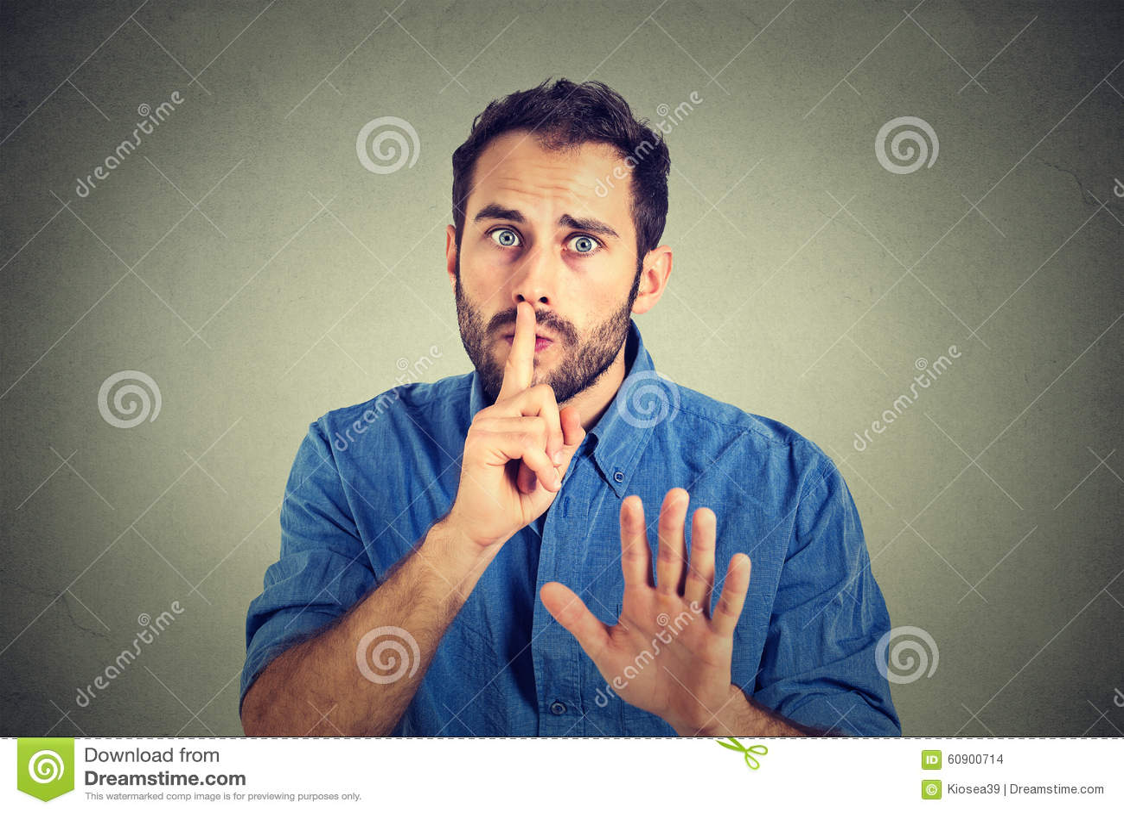 Obsługuje dawać Shhhh zaciszności, cisza, tajny gest na szarości ściany tle