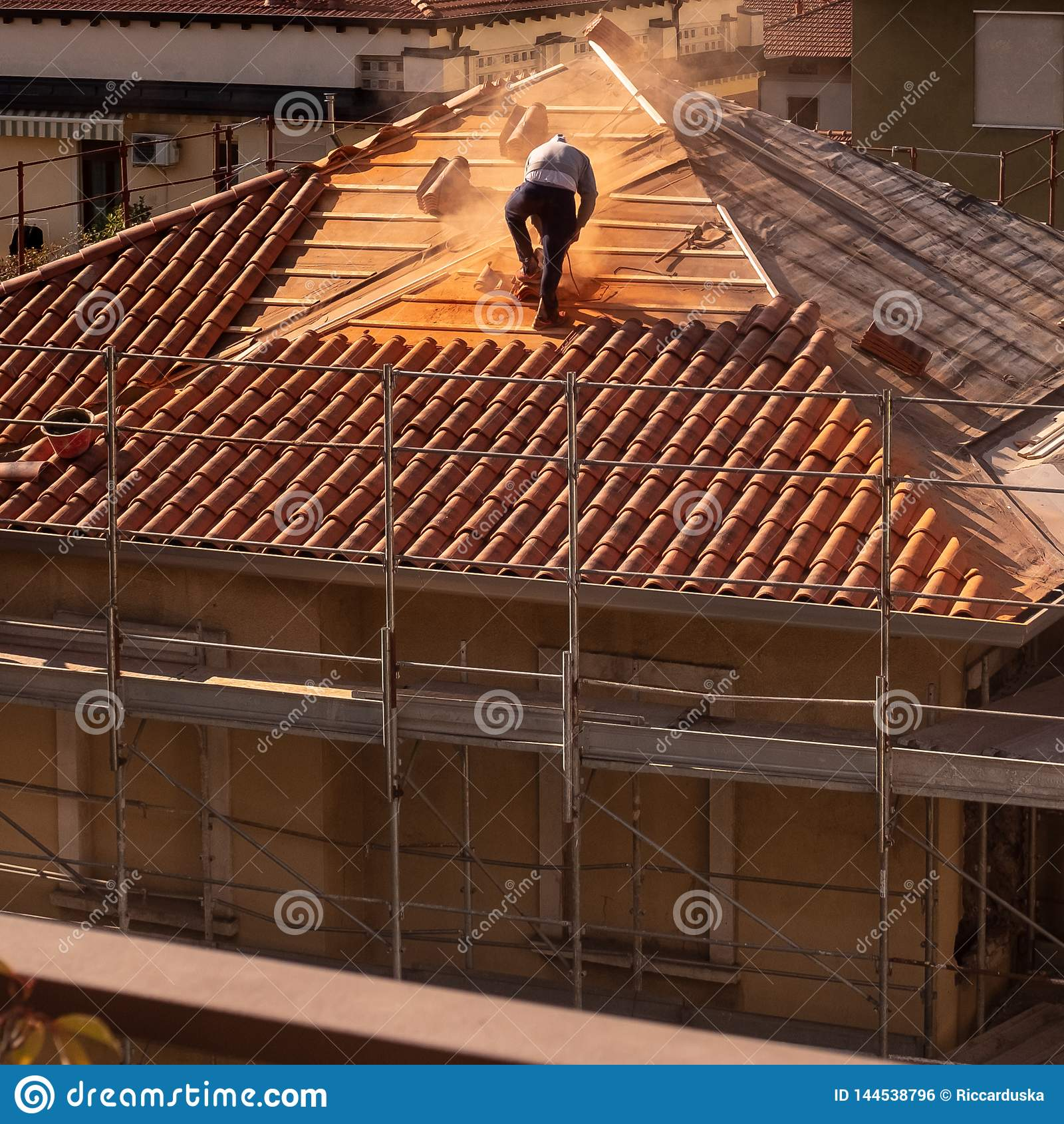 Obsługuje działanie na rusztowaniu dla odświeżania stary budynek i dachu