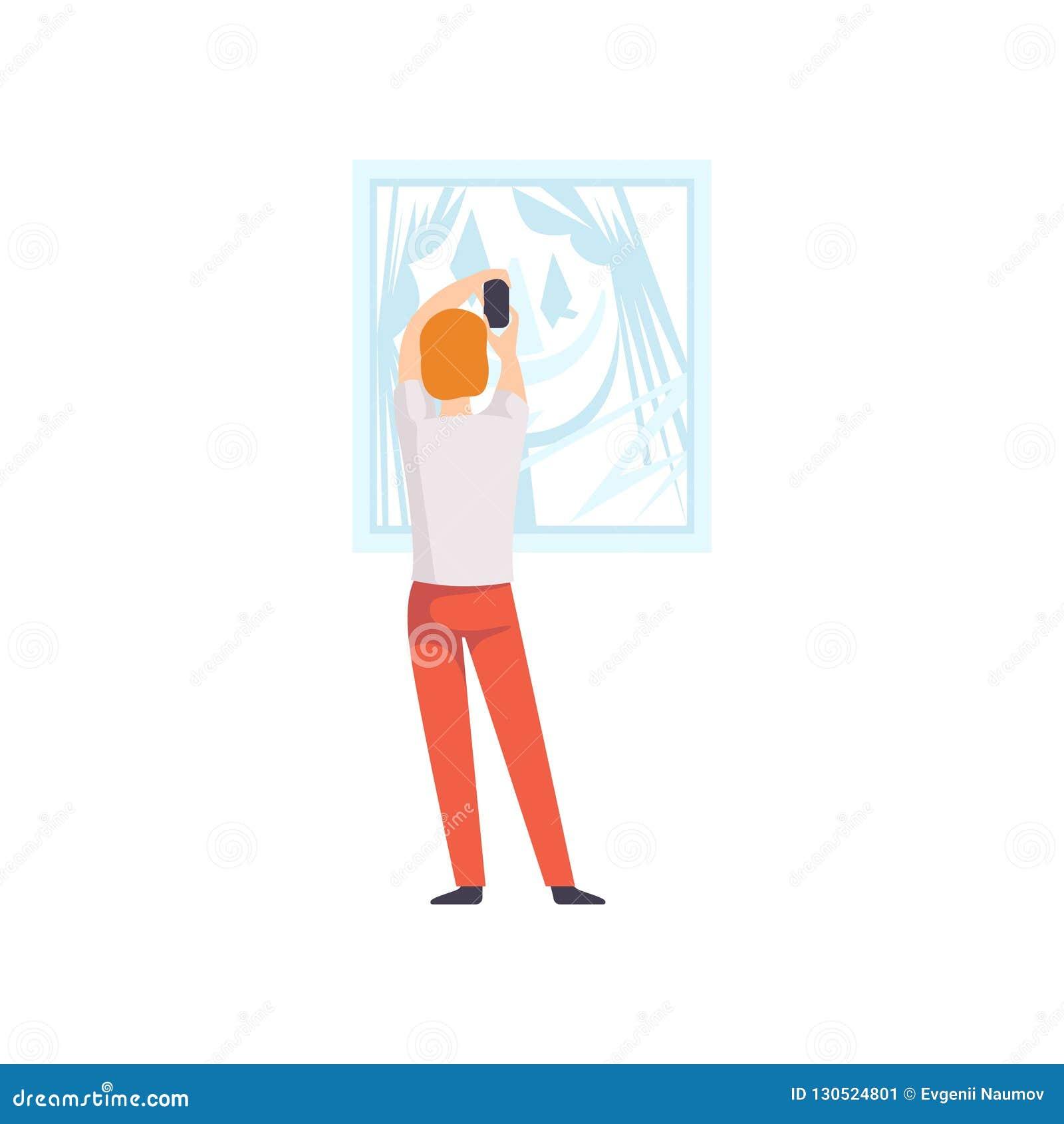 Obsługuje fotografować obrazka obwieszenie na ścianie, męski powystawowy gość przegląda muzealnego eksponat przy galeria sztuki,