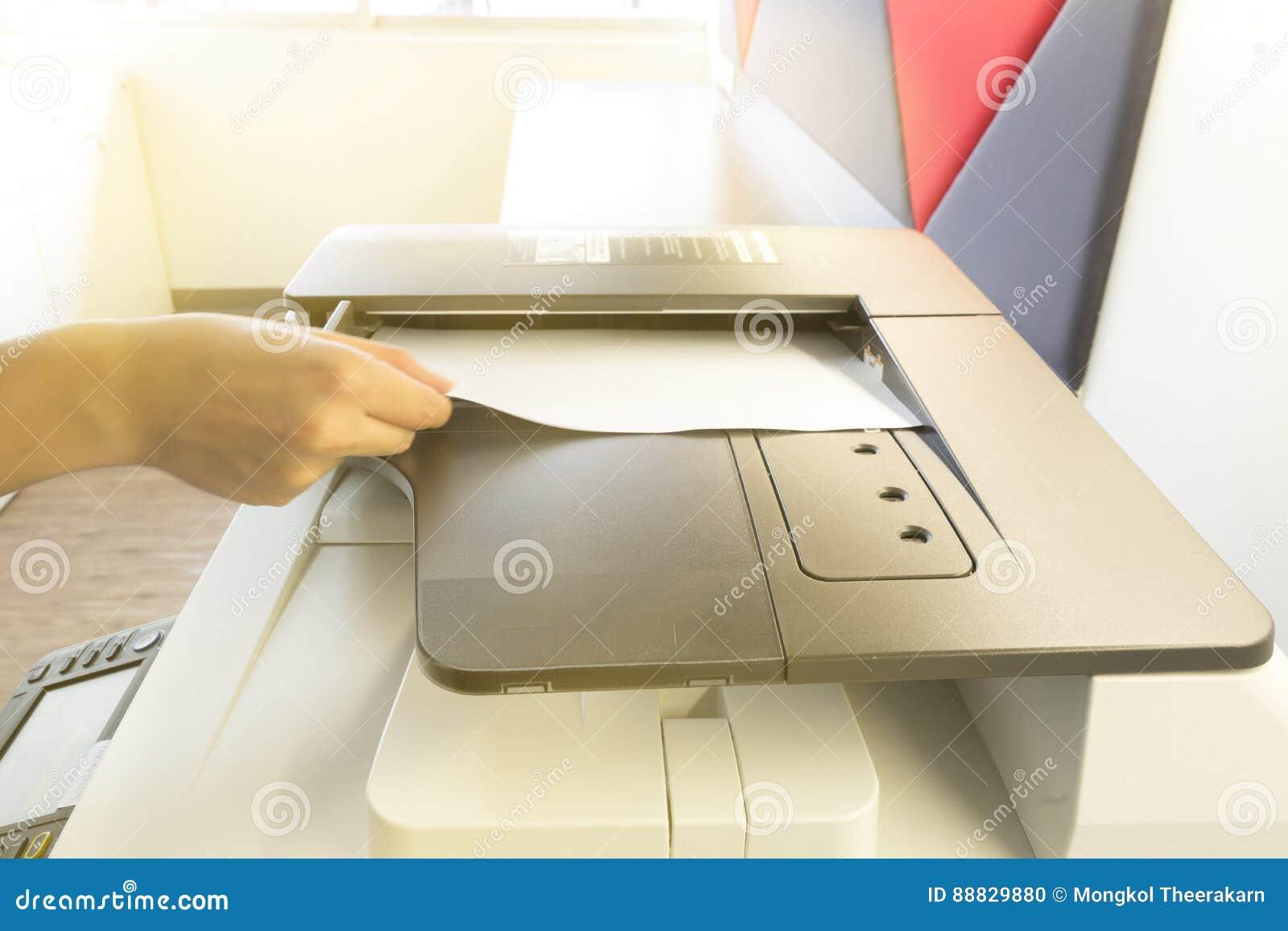 Obsługuje kopiowego papier od Photocopier z kontrola dostępu dla skanować kluczowej karty światło słoneczne od okno