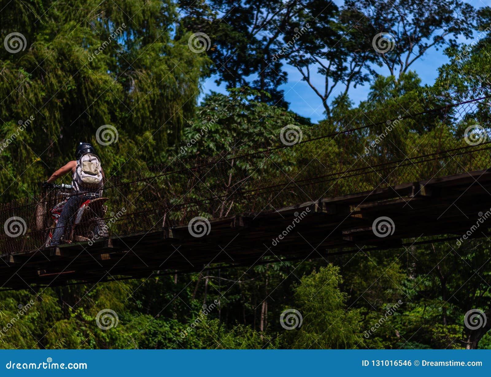Obsługuje napędową jazdę nad starym mostem w Gwatemalskich górach