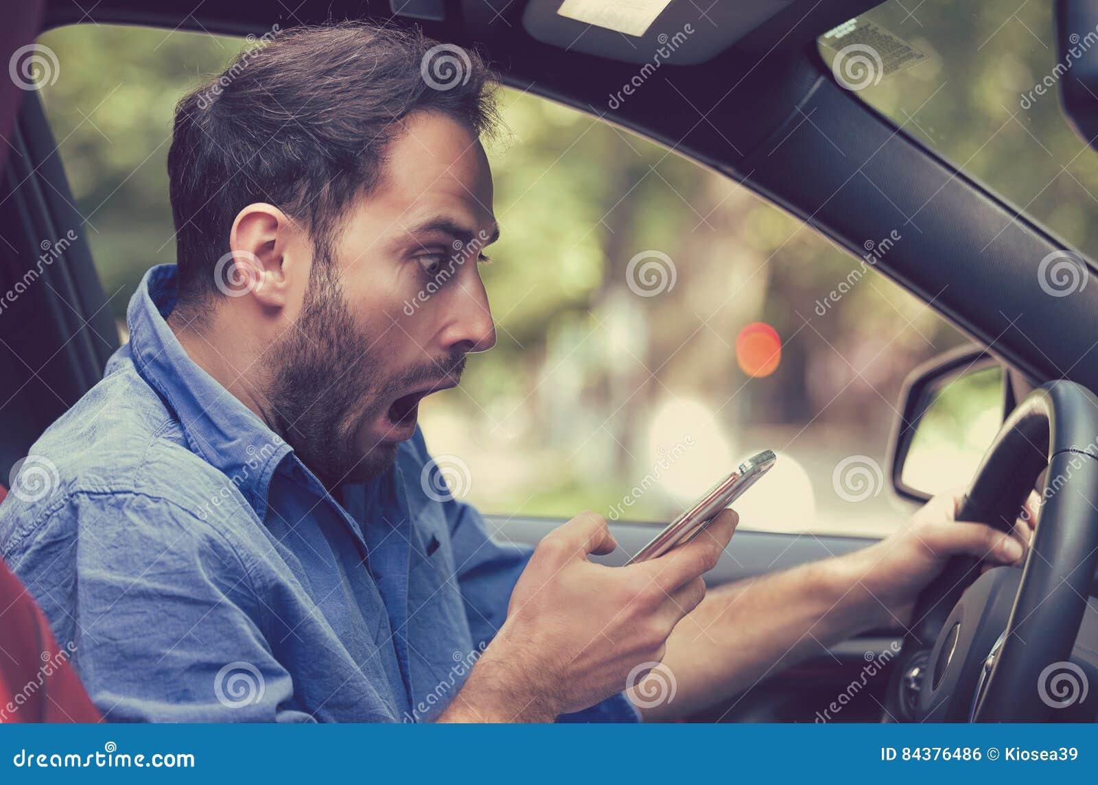 Obsługuje obsiadanie wśrodku samochodu z telefonem komórkowym texting podczas gdy jadący