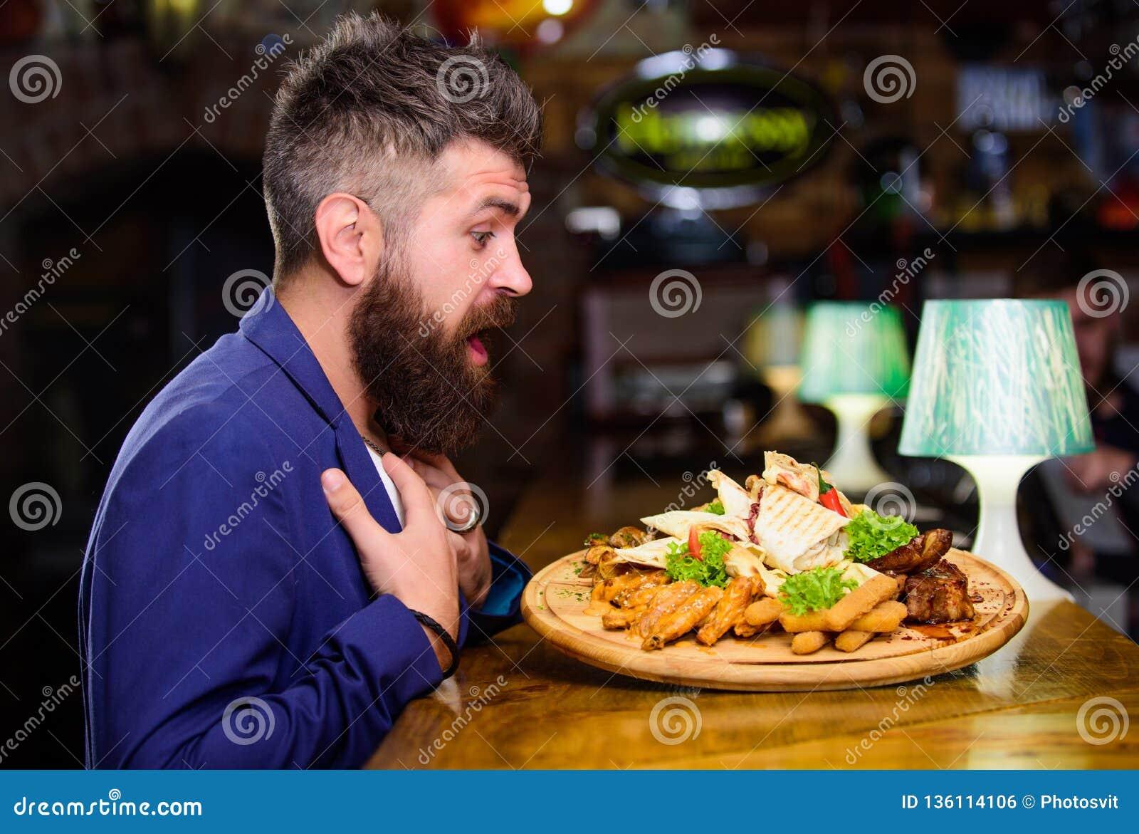 Obsługuje otrzymywającego posiłek z smażącymi kartoflanymi rybimi kijami mięsnymi Zasługuje wyśmienicie posiłek smacznego twoje W