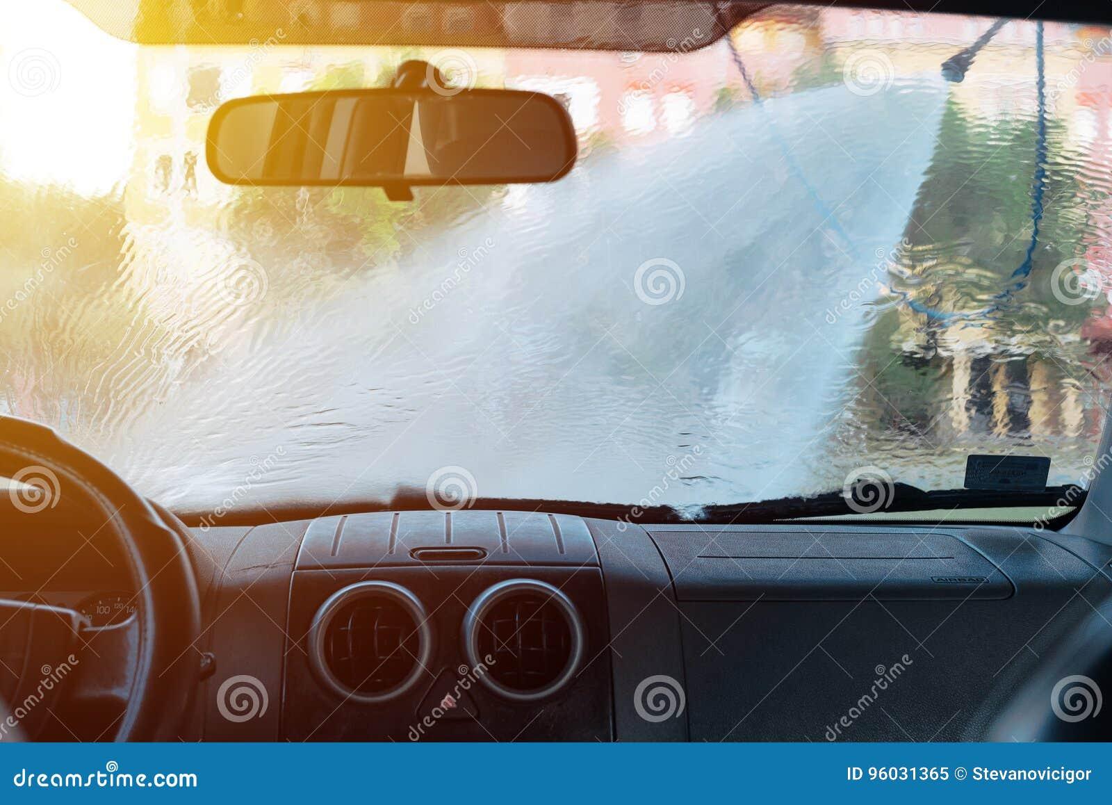 Obsługuje płuczkowego samochód w samoobsługowej samochodowego obmycia staci