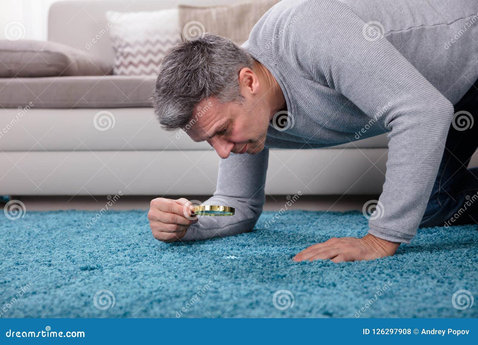 Obsługuje Patrzeć dywan Przez Powiększać - szkło