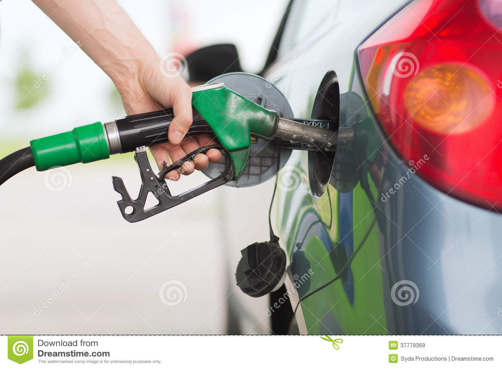 Obsługuje pompować benzyny paliwo w samochodzie przy benzynową stacją