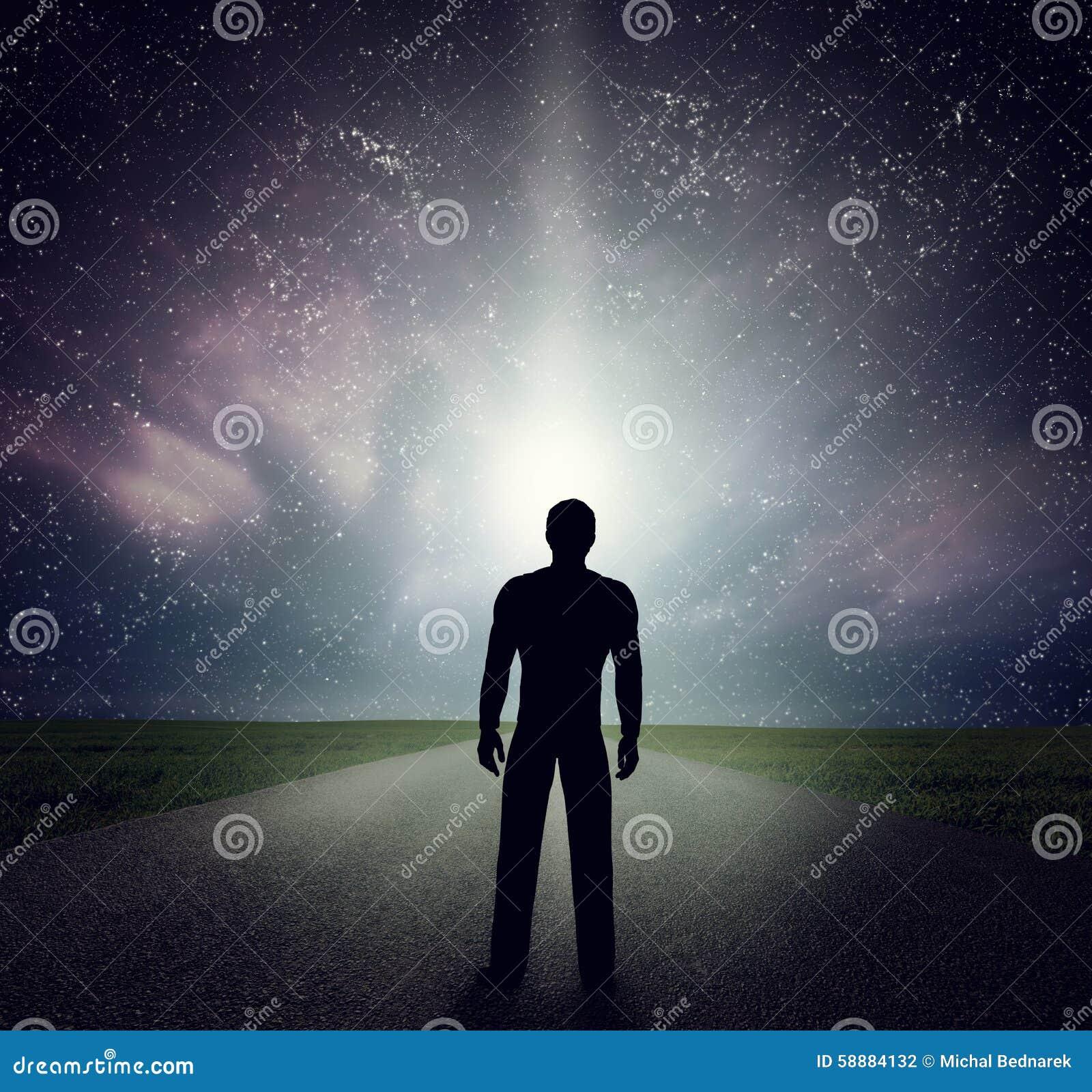 Obsługuje pozycję na drodze patrzeje gwiazdy, niebo, wszechświat Sen, przygoda