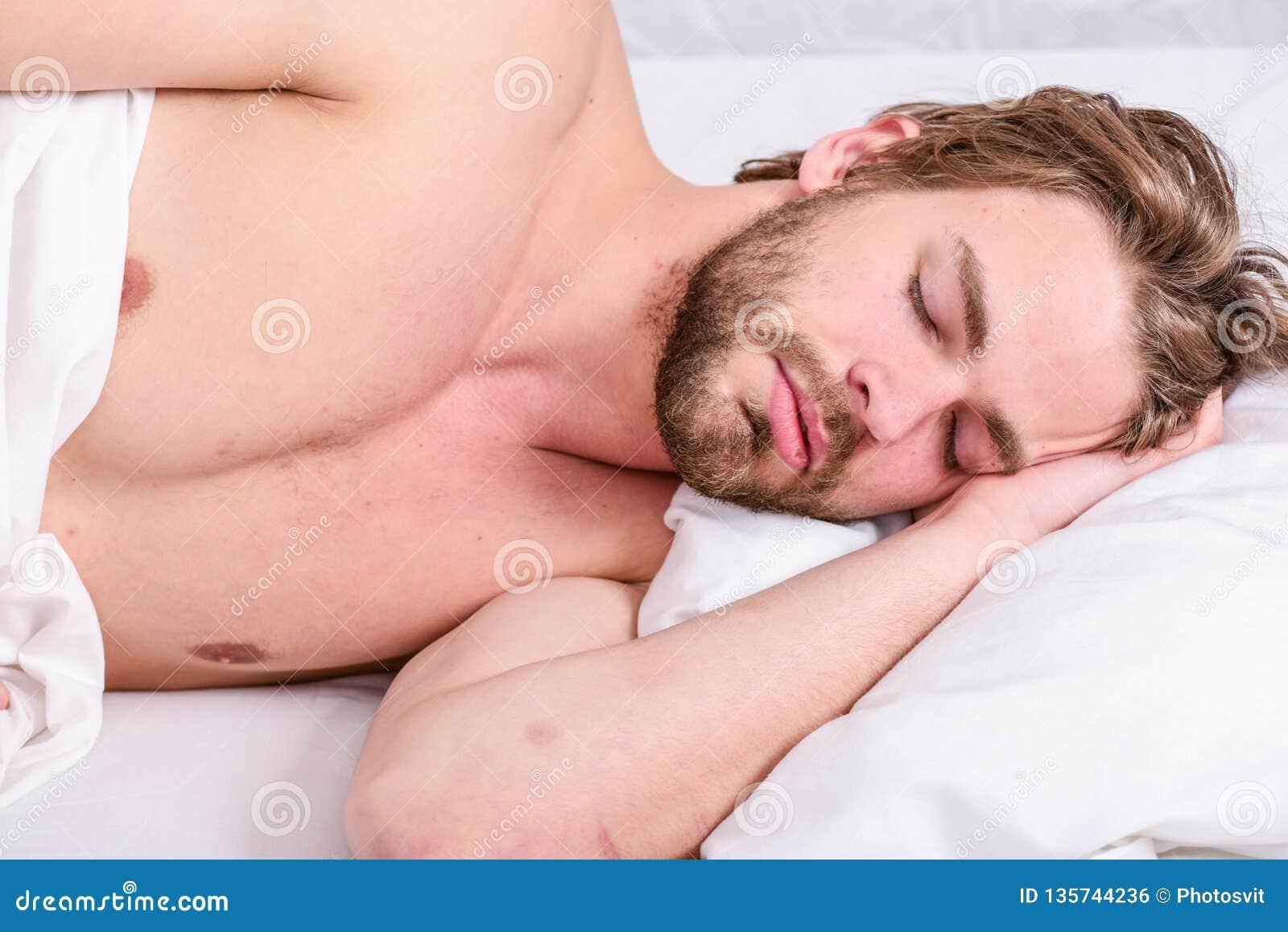Obsługuje przystojnego faceta kłaść w łóżku w ranku Porady na dlaczego budzić się czuciowy energiczny i świeżego Ranek rutyny por