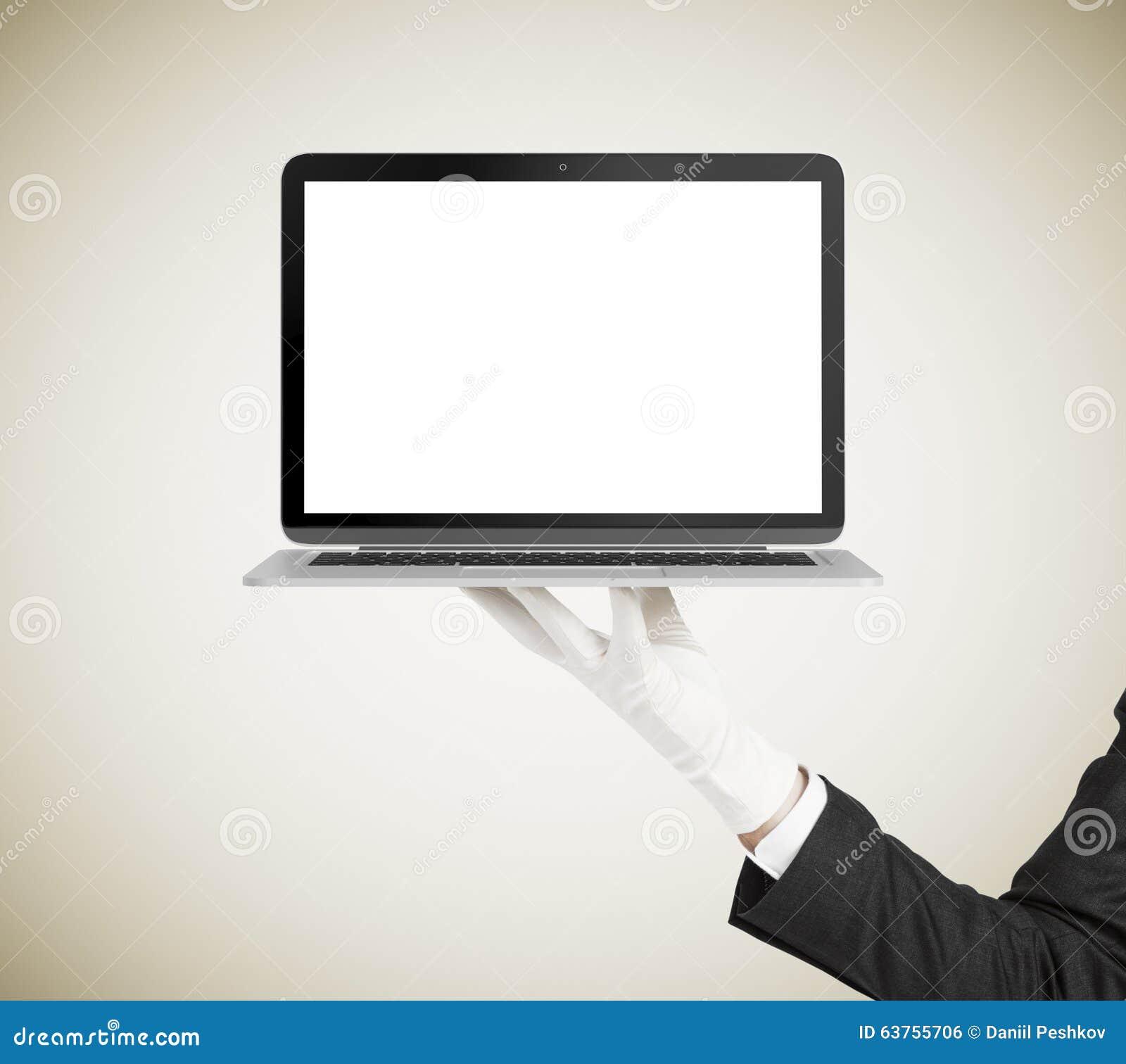 Obsługuje rękę w białym rękawiczkowym mienie laptopie z pustym ekranem