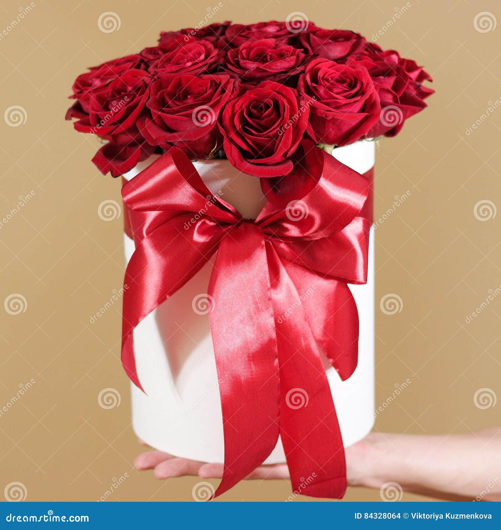 Obsługuje ręki mienia prezenta bogatego bukiet 21 czerwona róża skład