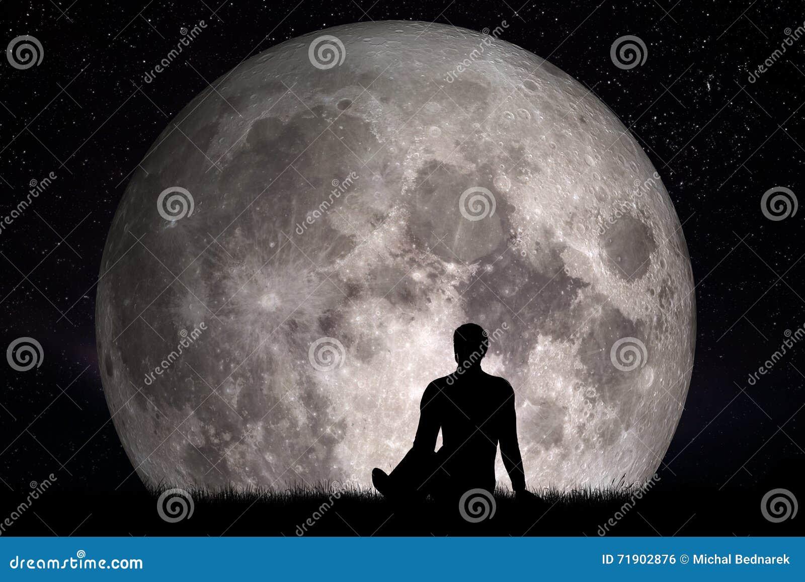 Obsługuje siedzącego na trawie i patrzeć na księżyc samotnie Wyobraża sobie przyszłościowego pojęcie