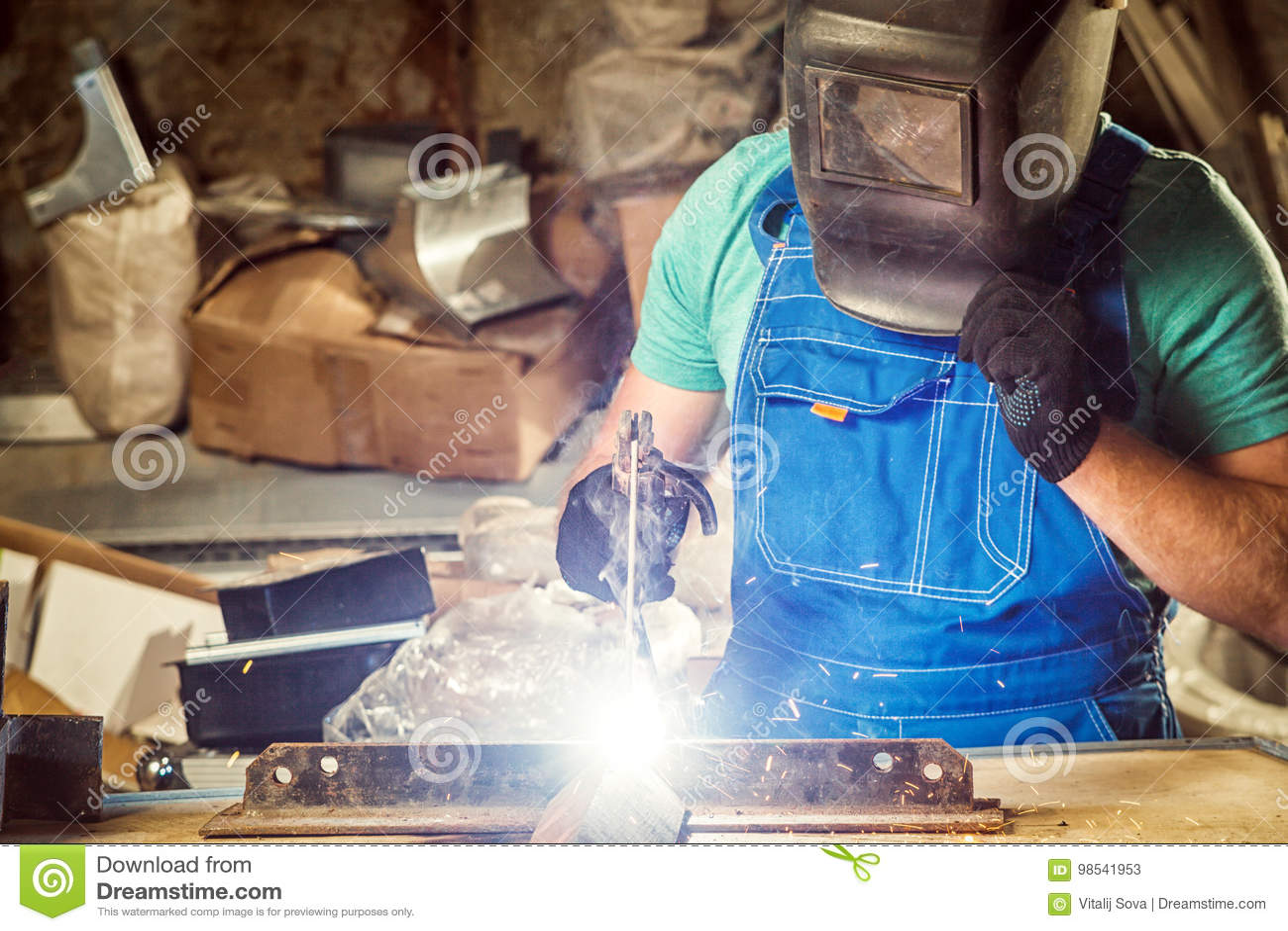Obsługuje spawać metal z łuk spawalniczą maszyną