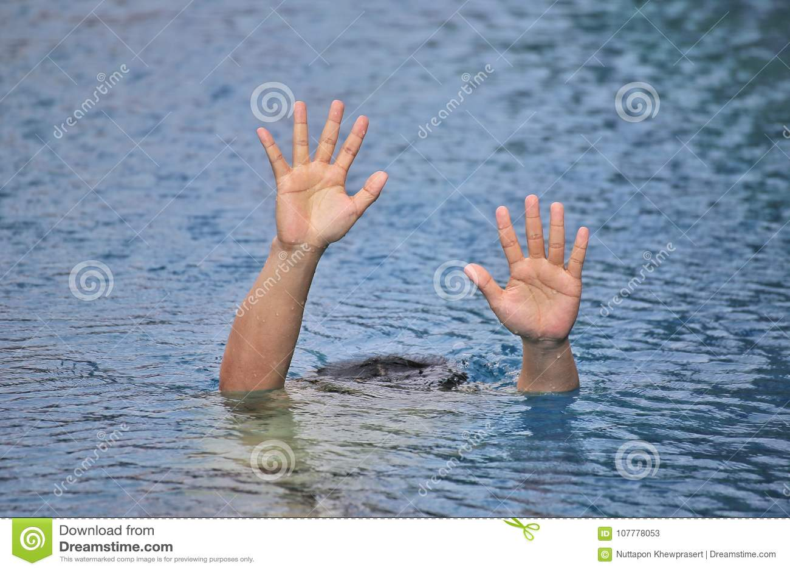 Obsługuje tonięcie w out drzwiowym pływackim basenie podczas gdy pływający samotnie, podnoszący dwa ręki i pytać dla pomocy SOS,