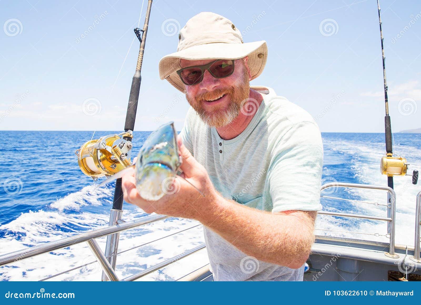 Obsługuje trzymać świeżego złapanego Mahi Mahi na ocean łodzi