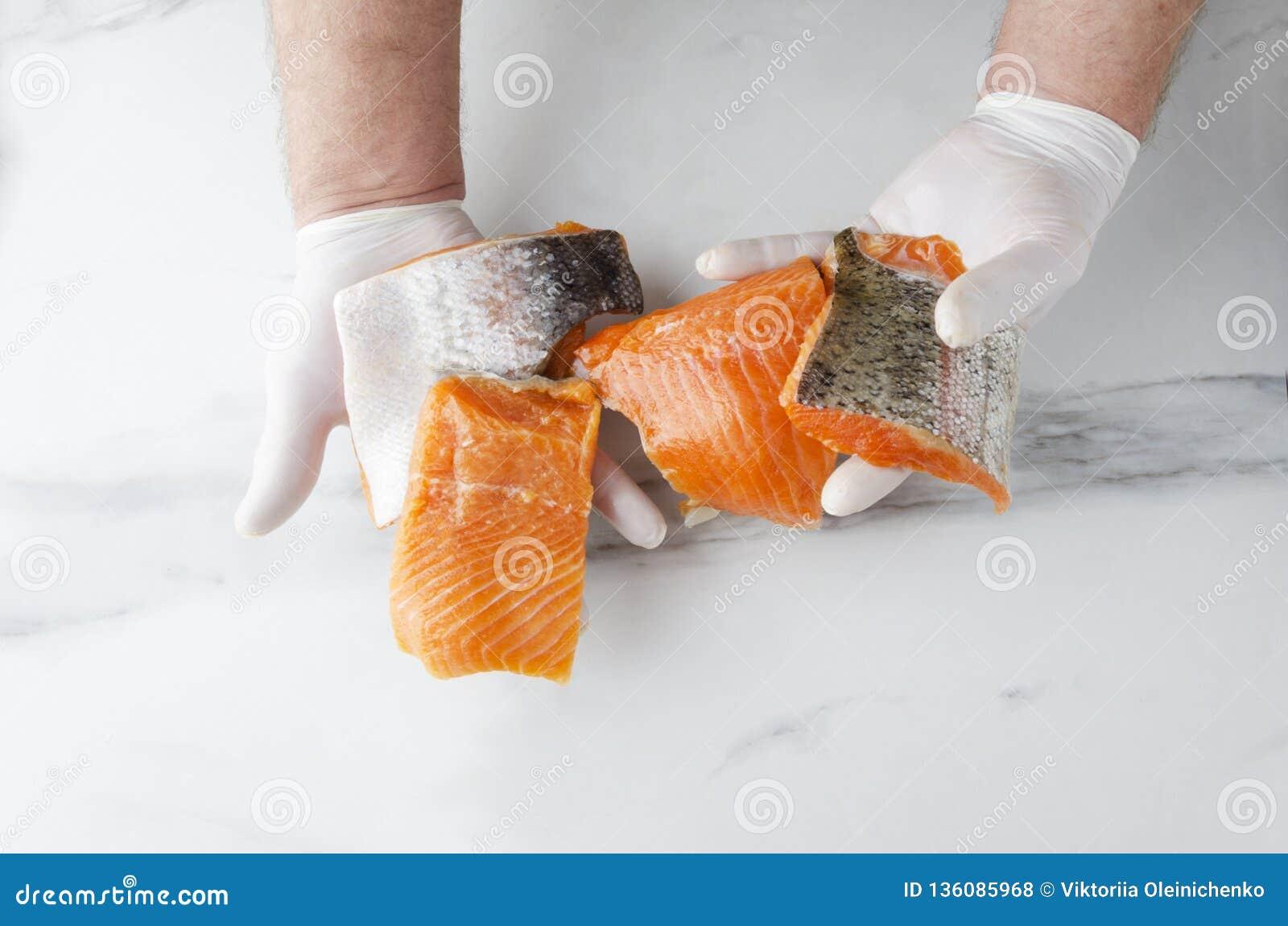 Obsługuje trzymać kilka kawałki świeży surowy łosoś Smakowici kawałki ryba