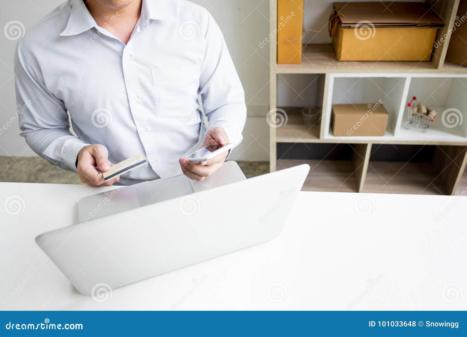 Obsługuje trzymać kredytową kartę w ręce i wchodzić do ochrona kodu używać