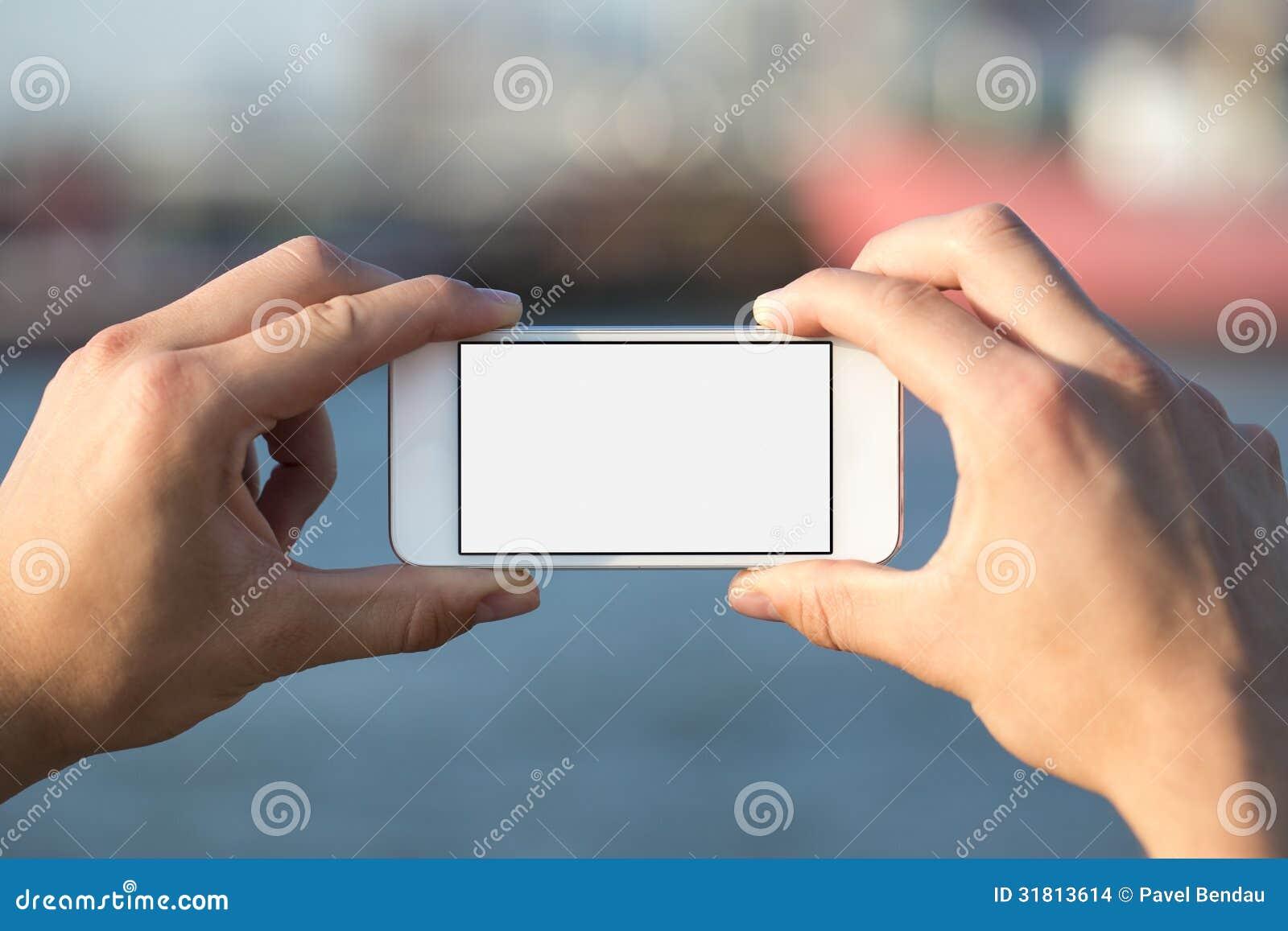 Obsługuje używać telefon komórkowego w parku jako kamera